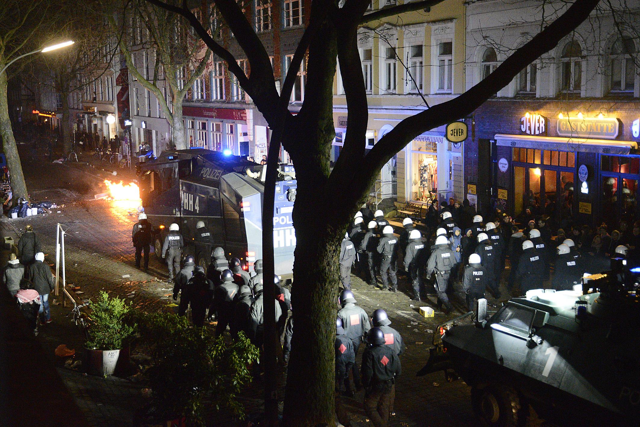 Nach dem Hamburger Schanzenfest kam es in den späten Abendstunden zu gewalttätigen Ausschreitungen. Immer wieder zündeten Randalierer kleinere Feuer auf den Straßen an. Polizeibeamte wurde mit Flaschen und Steinen attackiert. - Foto: Michael B. Rehders - Hamburg 2016