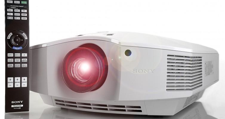 Sony VPL-HW65 - mit Fernbedienung - eingeschaltet - Foto Michael B. Rehders_MBR6500