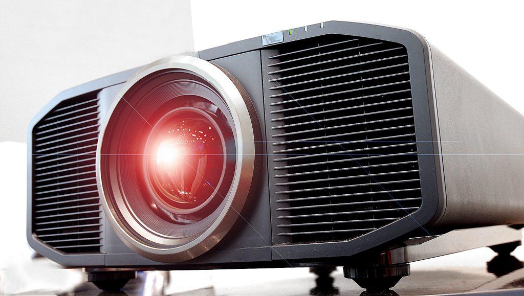 JVC DLA-Z1 - Satte 39 Kilogramm bringt der Laser-Projektor auf die Waage. Und die lässt sich JVC mit 35.000,- Euro (UVP) fürstlich bezahlen. Foto: Michael B. Rehders