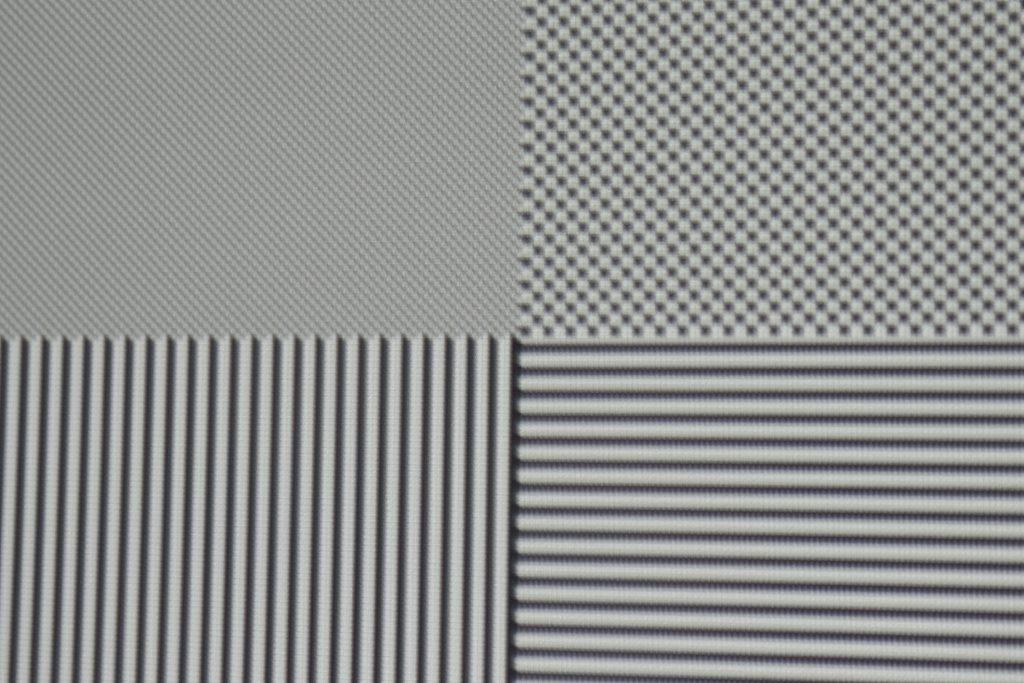 """Pixeldarstellung: Das Testbild deckt deutlich sichtbar auf, wie sich der mäßige On/Off-Kontrast nach der Kalibrierung auf das Bild auswirkt. Während das Spitzenweiß noch erzielt wird, erscheinen die schwarzen Elemente relativ """"weich"""". Durch den geringen On/Off-Kontrast geht dem Bild sogar etwas vom Schärfeeindruck verloren, obwohl der HD27 einzelne Full-HD-Pixel vollständig abbildet."""