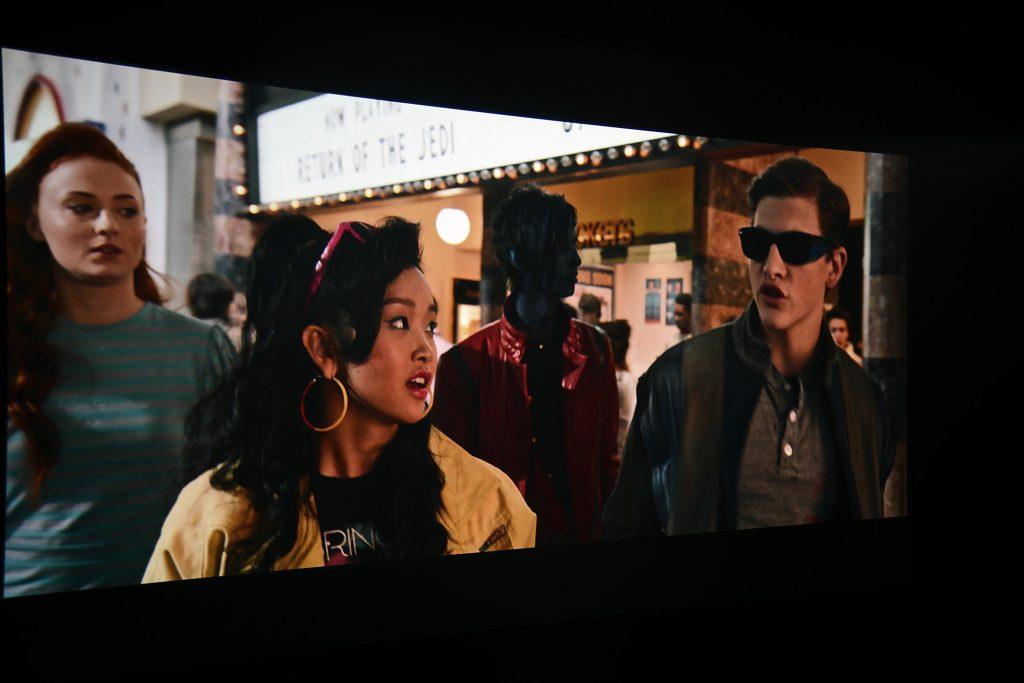 """Der farbenfrohe Cinemascope-Transfer offenbart zahllose Details, dank guter Schärfe und einem hervorragendem Kontrastumfang. Gut zu sehen ist, dass die X-Men gerade aus """"Star Wars – Die Rückkehr der Jedi-Ritter"""" kommen. Der Schriftzug ist auf der Leuchttafel hinter den Protagonisten gut erkennbar."""
