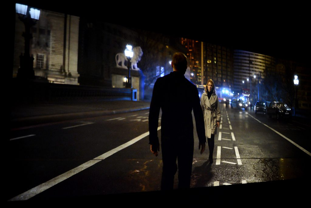 Am Ende nach dem Showdown bekommt James sein Mädchen. Bei Nacht laufen sie auf einer Brücke in London aufeinander zu. Während die Straßenlaternen strahlend hell leuchten, weisen auch dunkle Bildbereiche eine ordentliche Zeichnung auf. Die Gebäude im Hintergrund offenbaren alle Fenster, obwohl die Schärfe auf den Haaren der Frau liegt. Der ViewSonic Pro7827 zeigt alle diese feinen Details mit einem in dieser Preisklasse superben Schwarzwert.