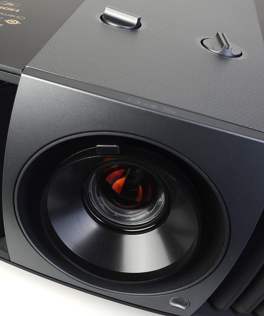 Schärfe und Zoom werden direkt am Objektiv eingestellt. Um das Bild nach links, rechts, oben und unten zu verschieben, stehen die beiden Lens-Shift-Regler auf dem Gehäuse zur Verfügung. Foto: Michael B. Rehders