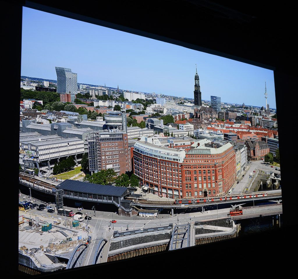 Die Panoramaaufnahme von Hamburg habe ich aus der 21. Etage des Hanseatic Trade Centers geschossen. Die Ursprungsauflösung beträgt 36 Megapixel. Diese Datei habe ich auf UHD-Auflösung reduziert. Sie dient mir als Referenz für diverse Projektoren-Tests. Foto: Michael B. Rehders (Originalaufnahme)