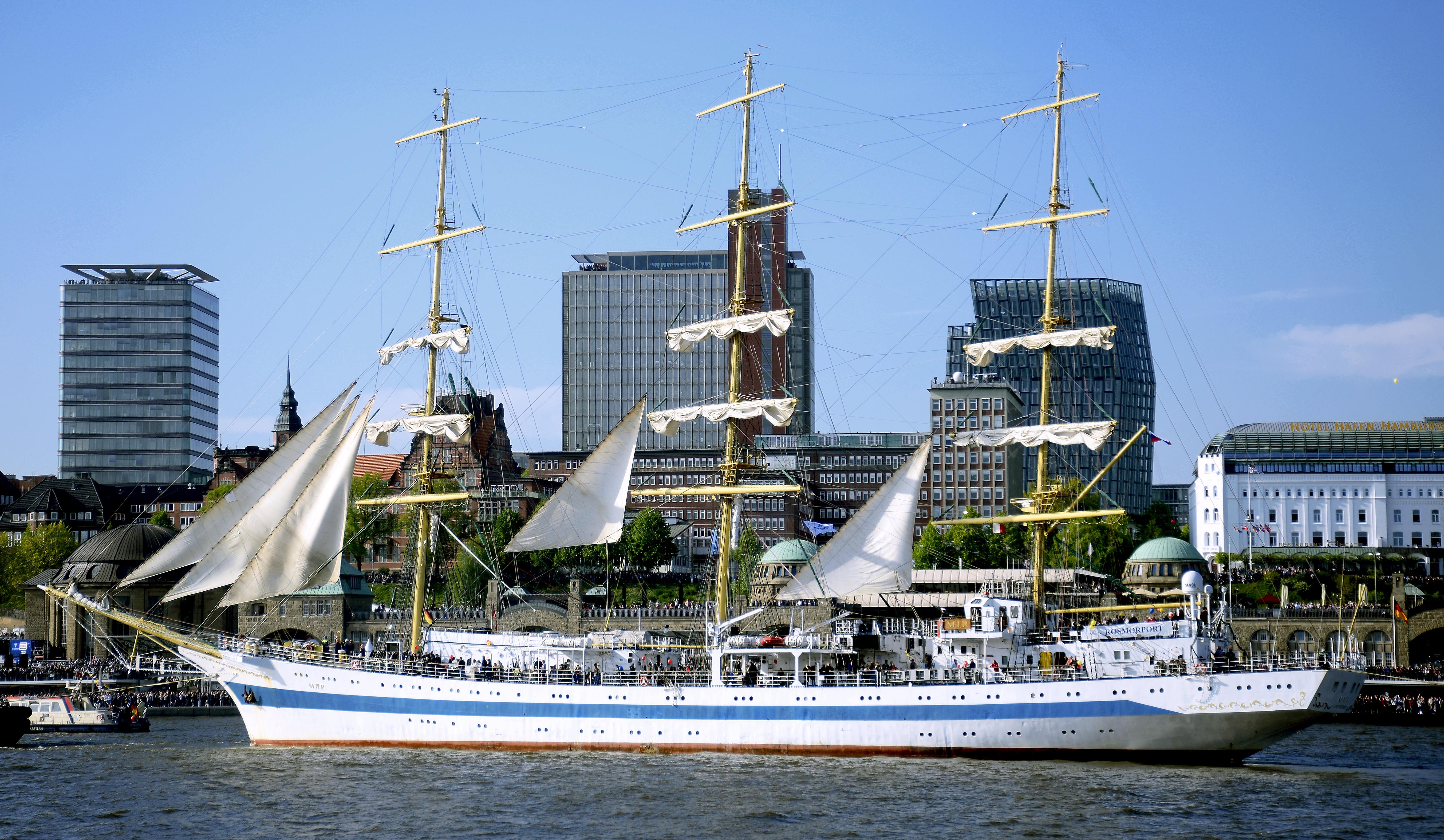 """Der Großsegler """"MIR"""" aus Russland führte die Schiffe an, die an der traditionellen Auslaufparade teilgenommen haben. Foto: Michael B. Rehders"""