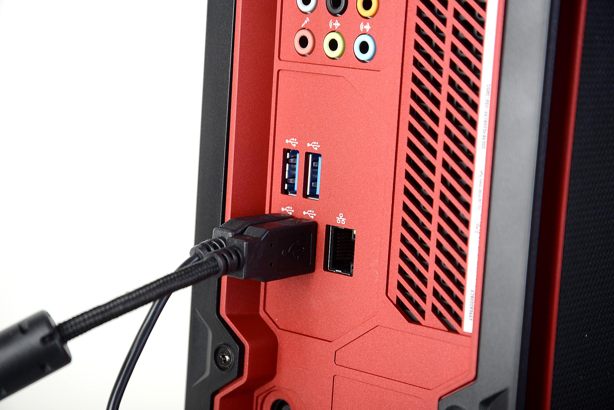Auf der Rückseite befinden sich mehrere Anschlüsse, um all die Geräte mit dem PC zu verbinden, die nicht ständig getauscht werden sollen. Dazu gehören sicherlich Maus, Tastatur und zwei Netzkabel. Foto: Michael B. Rehders