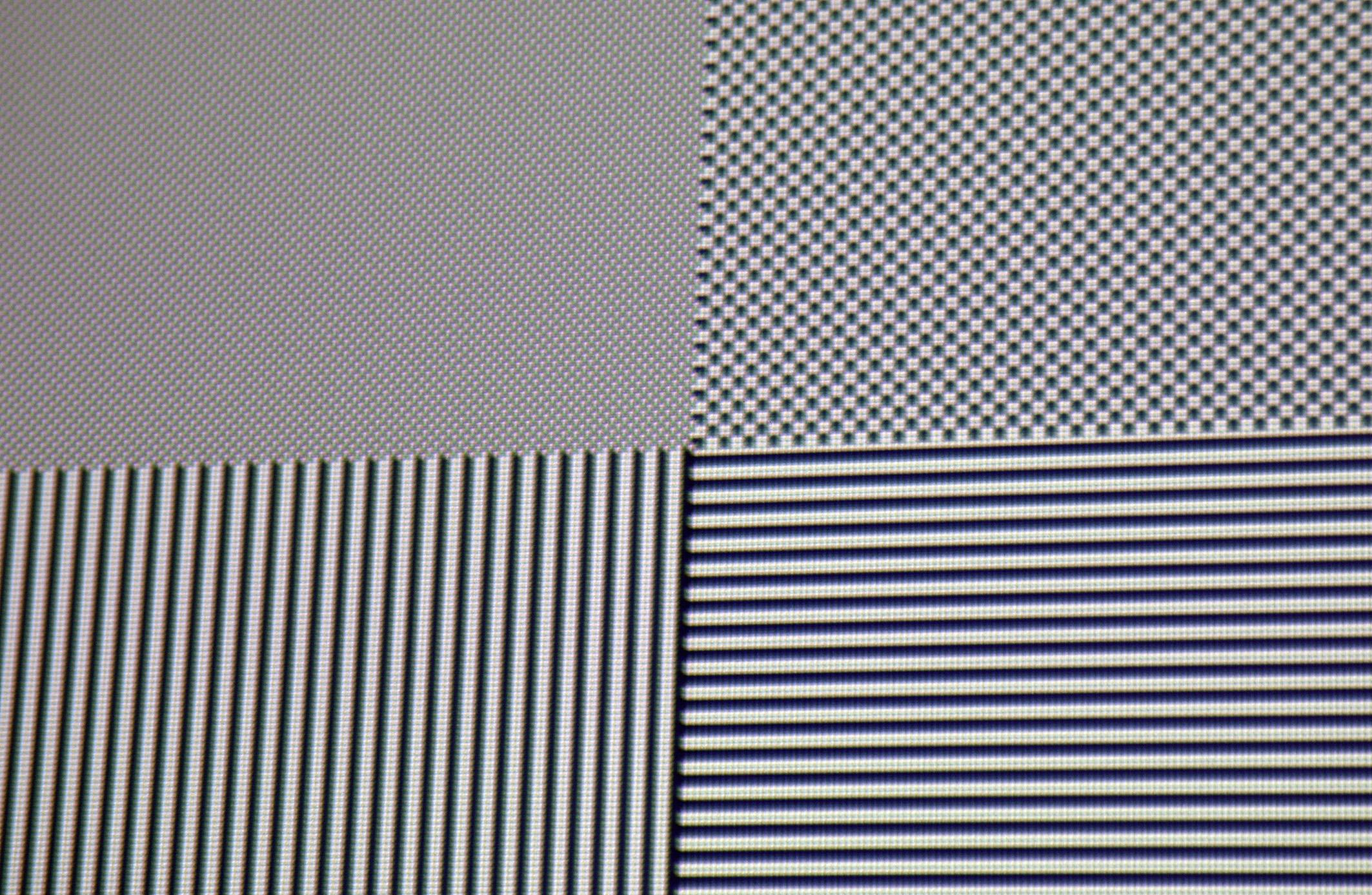 Full-HD-Pixelauflösung: Alle schwarz/weißen Felder in Pixelauflösung stellt der Optoma HD 29 Darbee auf der Leinwand dar. Allenfalls kleinste Farbsäume (chromatische Aberration) sind vorhanden, welche den Bildeindruck in keiner Weise schmälern, da sie selbst aus relativ nahen Betrachtungsabständen nicht zu erkennen sind.