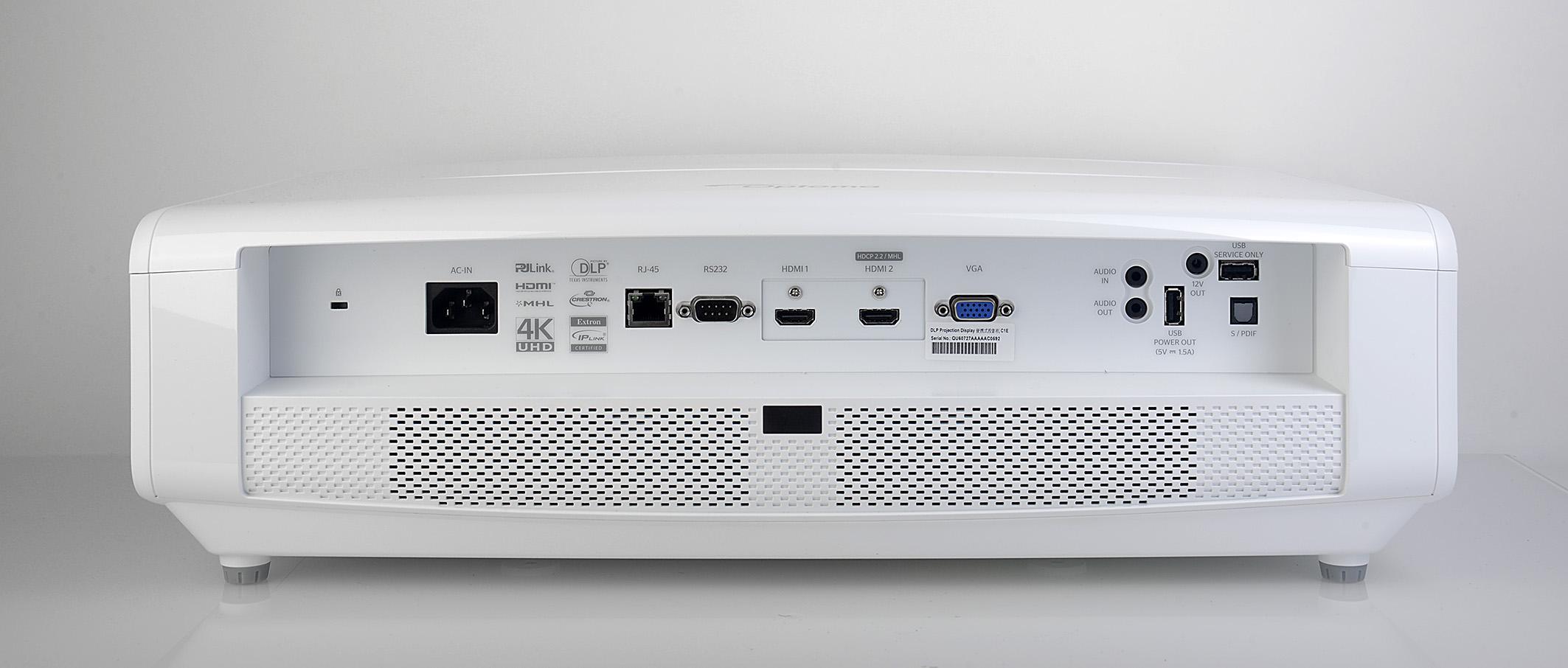 Foto: Michael B. Rehders Sämtliche Terminals sind in die Rückseite eingelassen, um verschiedene Zuspieler mit dem UHD550X zu verbinden. Zur Verfügung stehen zwei HDMI-Ports, wovon einer HDMI 2.0 und HDCP 2.2 unterstützt, und ein VGA-Eingang für den Anschluss eines PCs. Der USB-Port ist ausschließlich für Update/Service vorgesehen.
