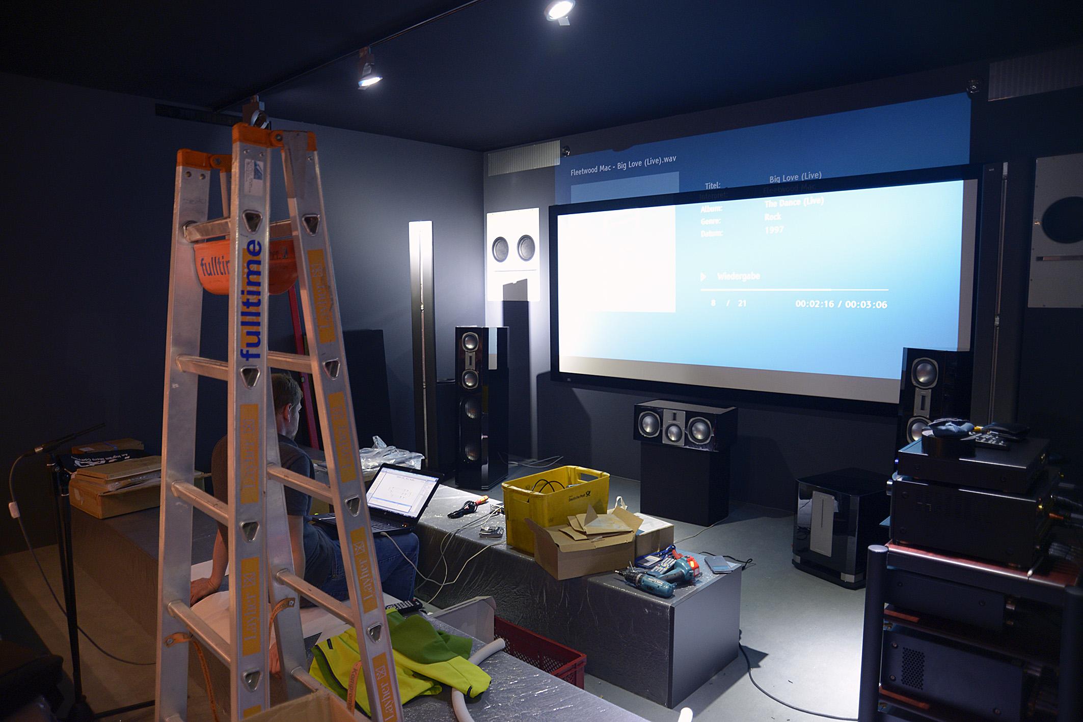 Foto: Michael B. Rehders Um 18:30 Uhr immer noch eine Baustelle. Das IFA-KINO von JVC. Die Leinwand hängt etwas zu niedrig, aber die von Cinemike getunten Vulcan spielen schon beeindruckend auf.