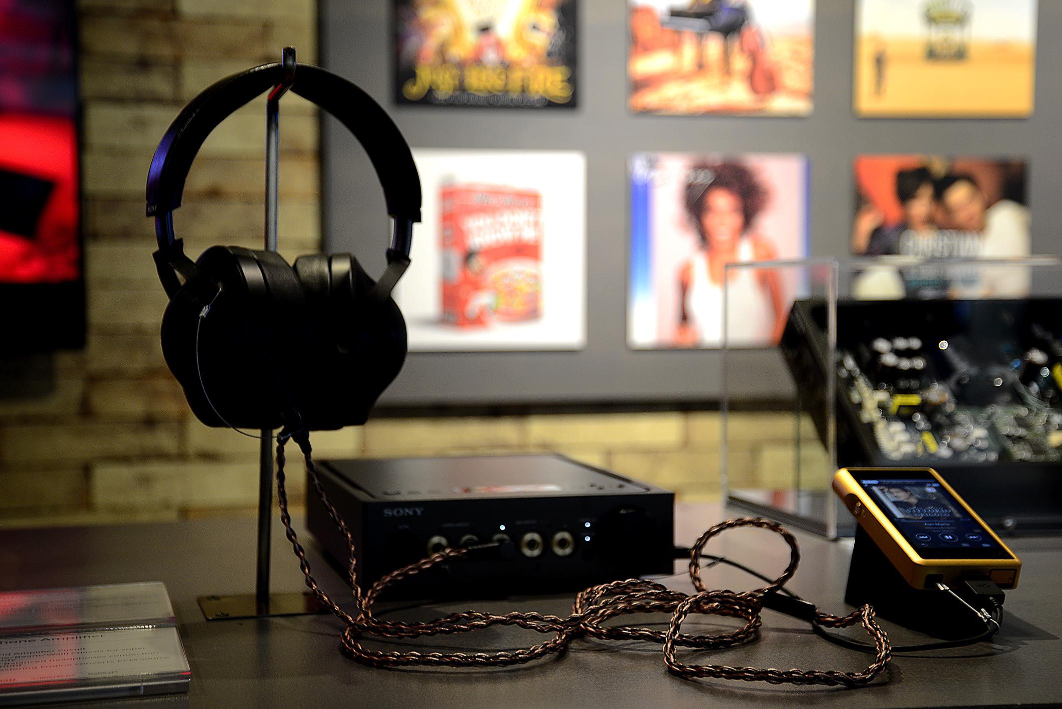 Foto: Michael B. Rehders Neben Bereichen für TV-Geräten, Kameras, Smartphones gibt es einen Ort für Kopfhörer. Wer mal gute Musik auf die Ohren bekommen möchte, oder seine Nachbarn abends beim Filmgenuss nicht stören möchte, sollte die Kopfhörer von Sony mal ausprobieren.