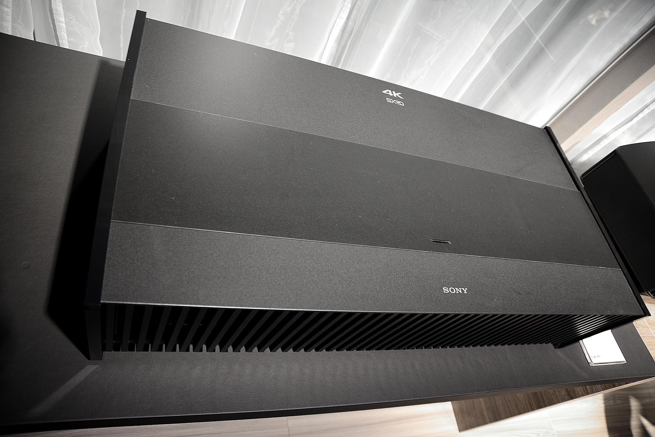 Foto: Michael B. Rehders Sony VPL-VZ1000ES – Der riesige 4K-Laser-Projektor kommt direkt unter die Leinwand aufs Sideboard. Er unterstützt HDR10 und HLG für Broadcast und Online-Inhalte.