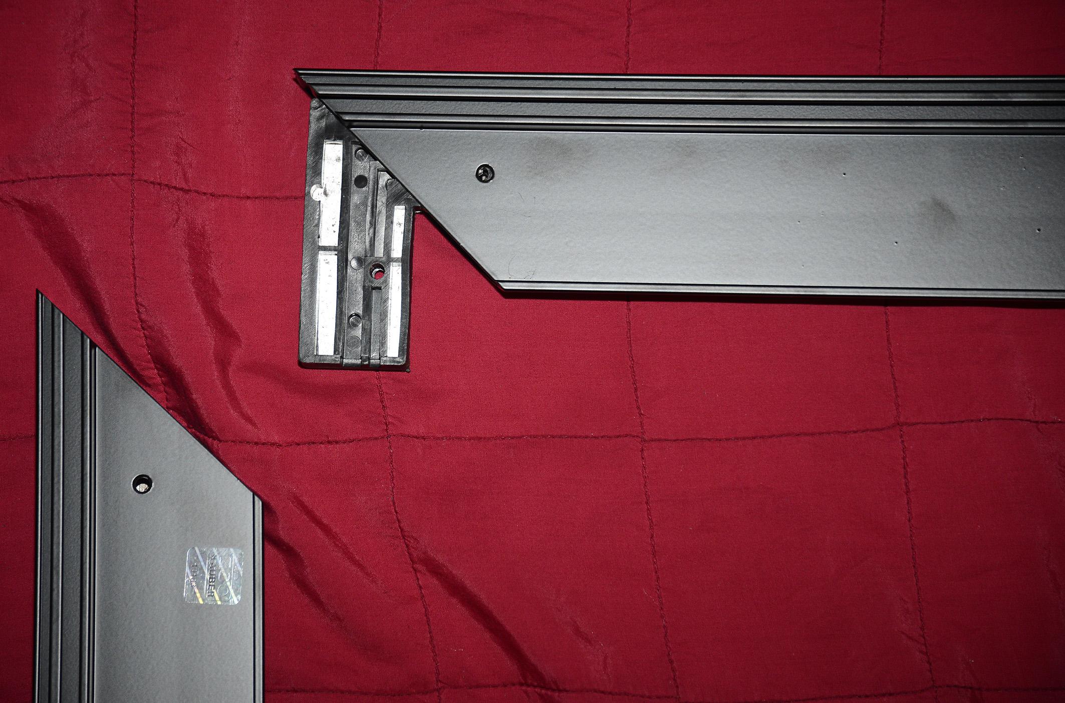Foto: Michael B. Rehders Zunächst breite ich die vier Aluminium-Profile auf einer Decke aus, damit diese nicht unnötigerweise zerkratzen beim Zusammenbau. Vier Winkel werden in die Kanten eingeschoben und der Rahmen dann zusammengesteckt. Sehr einfach!