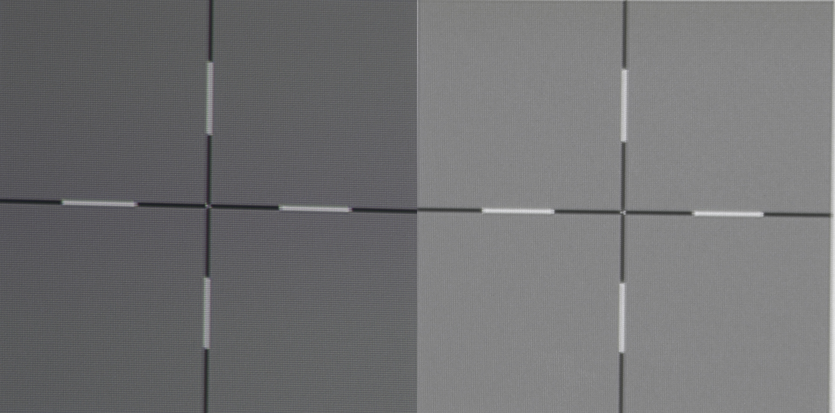 Schwarz/Weiß-Bilder sehen wunderbar unverfärbt aus. Allerdings ist ein Helligkeitsverlust zum Bildrand auffällig. Am linken Bildrand wird das Fadenkreuz deutlich dunkler dargestellt (Bild links) als in der Bildmitte (Bild rechts). Was auf dem Testbild sehr deutlich zu sehen ist, spielt in der Praxis aber eine eher untergeordnete Rolle, weil es dort kaum auffällt. Gut zu sehen ist das auf dem nachfolgenden Screenshot, den ich direkt von der Leinwand gemacht habe.