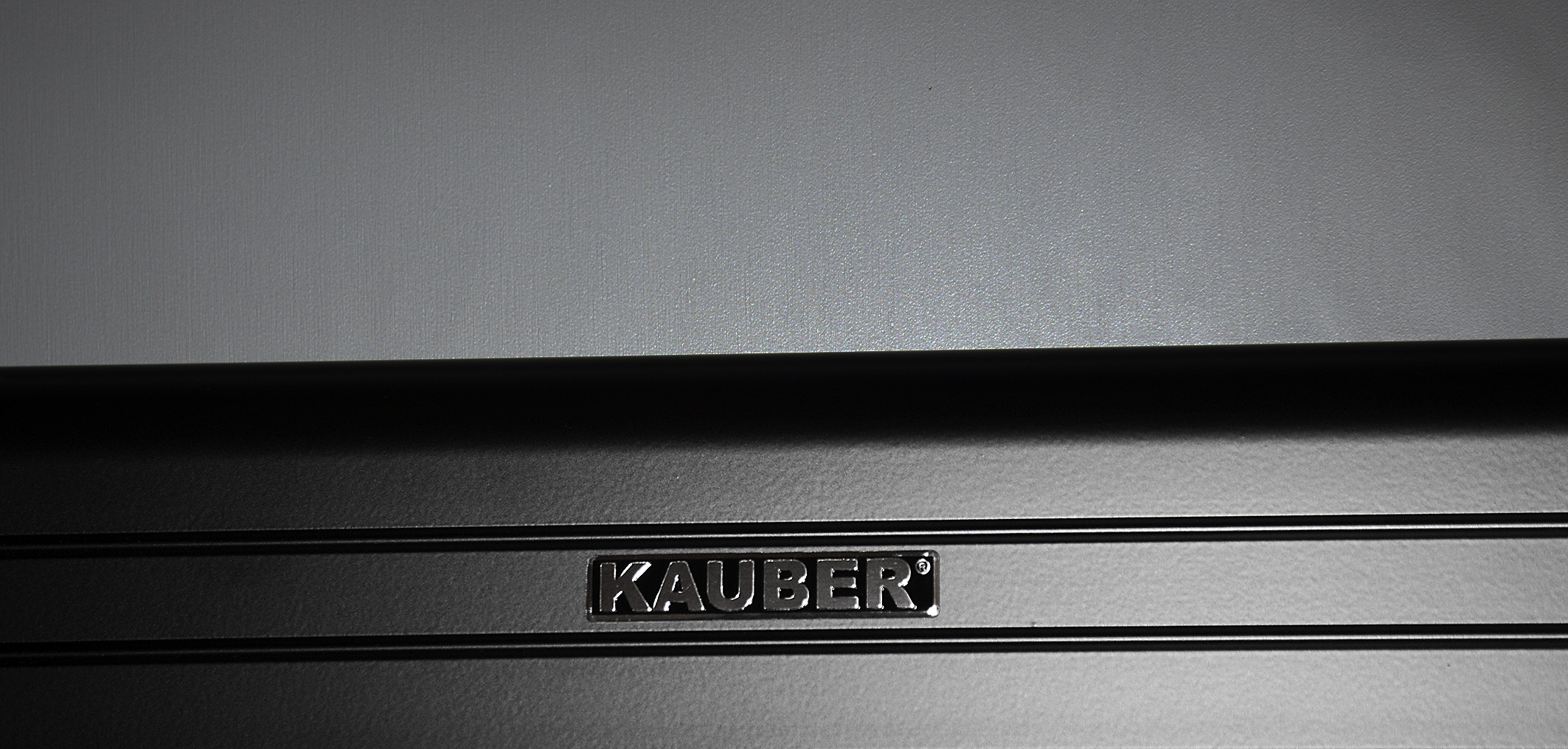 Foto: Michael B. Rehders Silber auf Schwarz. Das Logo von Kauber auf dem Leinwandrahmen.