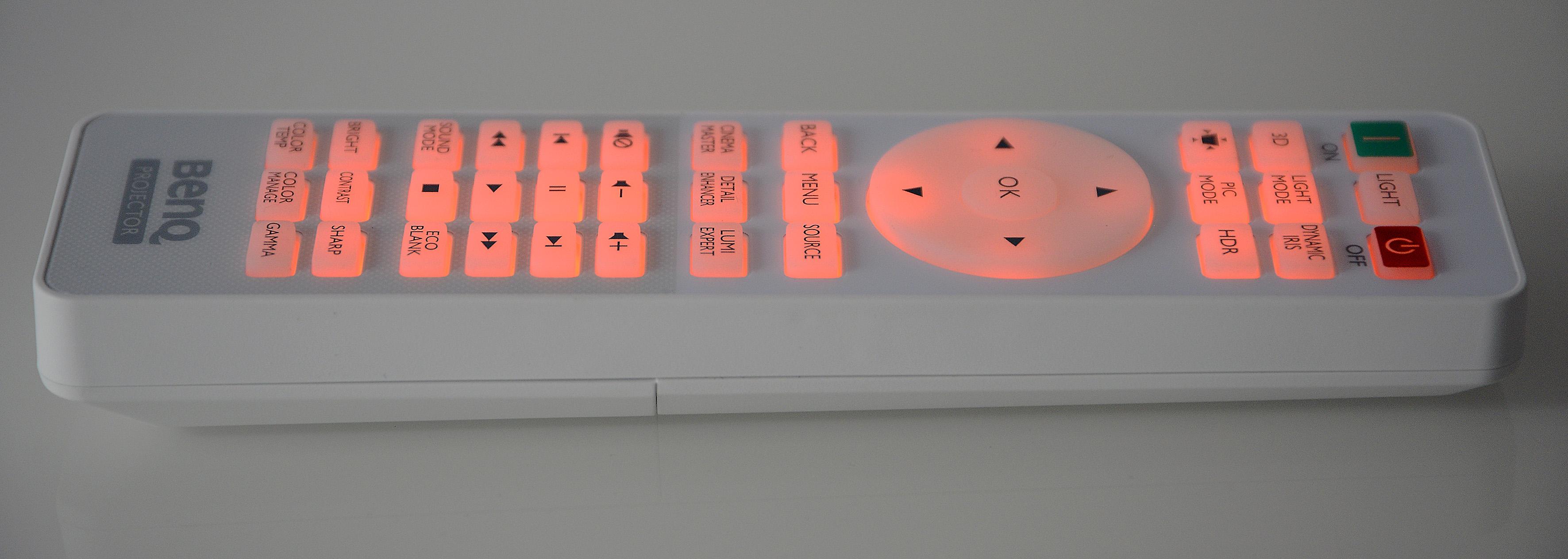 Foto: Michael B. Rehders Die Fernbedienung liegt sicher in der Hand. Die beleuchtete Tastatur ist übersichtlich gestaltet und gut beschriftet. Die Navigation durchs On-Screen-Menü gelingt zügig und treffsicher.