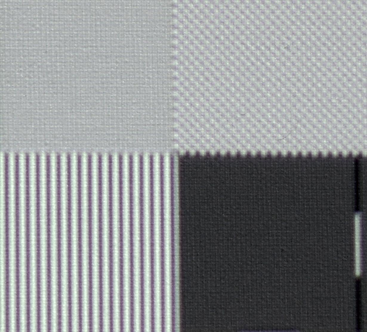 """UHD-Pixelauflösung: Um die Arbeitsweise der XPR-Technologie nachzuvollziehen, habe ich ein Testbild u. a. mit Schachbrettmuster in UHD-Pixelauflösung (oben links) zugespielt. In der Makroaufnahme fällt sofort auf, dass es praktisch keine einzelnen Felder mehr gibt, sondern die ganze Fläche grau verfärbt erscheint. Dies lässt darauf schließen, dass sich schwarze und weiße Felder überlagern, so dass die """"Mischfarbe"""" Grau entsteht. Das kenne ich auch so von anderen Projektoren mit eShift-Technologie und Full-HD-Auflösung (Epson EH-TW9300 und JVC DLA-X5900). Rechts neben dem UHD-Schachbrettmuster befindet sich ein Schachbrett mit Full-HD-Auflösung. Hier werden hingegen alle Pixel vollständig dargestellt, wenn auch mit reduziertem Kontrast."""