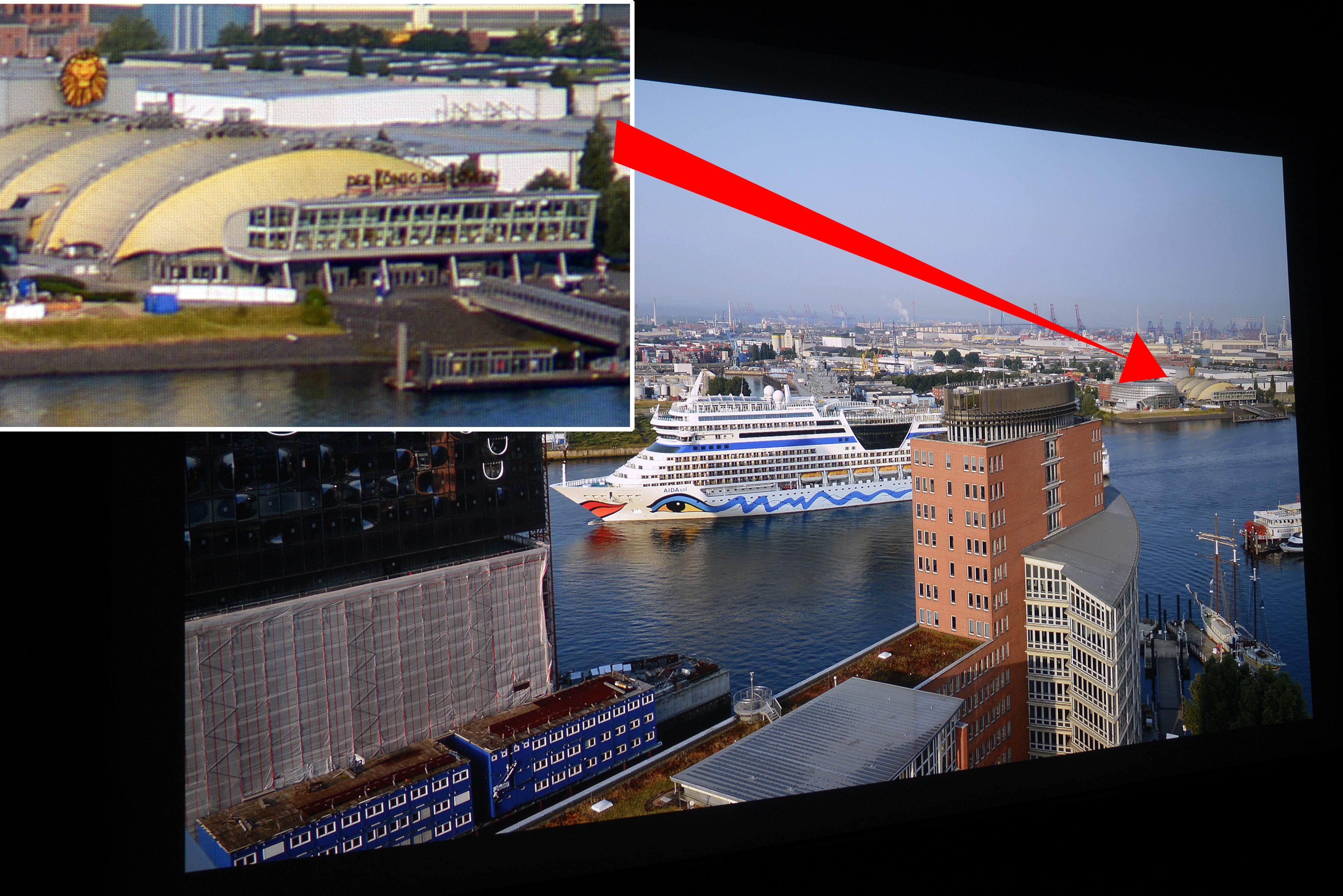 """Foto: Michael B. Rehders Meine 4K-Aufnahme vom Hamburger Hafen erstrahlt in originalgetreuen Farben. Der Schriftzug """"Der König der Löwen"""", der sich auf dem Theater an der Elbe befindet (siehe oben links), wird beinahe vollständig abgebildet. Auch der Löwenkopf im Hintergrund weist fast alle Strukturen auf, die in der Originalaufnahme vorhanden sind. Ein reiner Full-HD-Projektor bekommt diese Detaildarstellung nicht hin. Insofern macht sich die XPR-Technik durchaus positiv bemerkbar."""