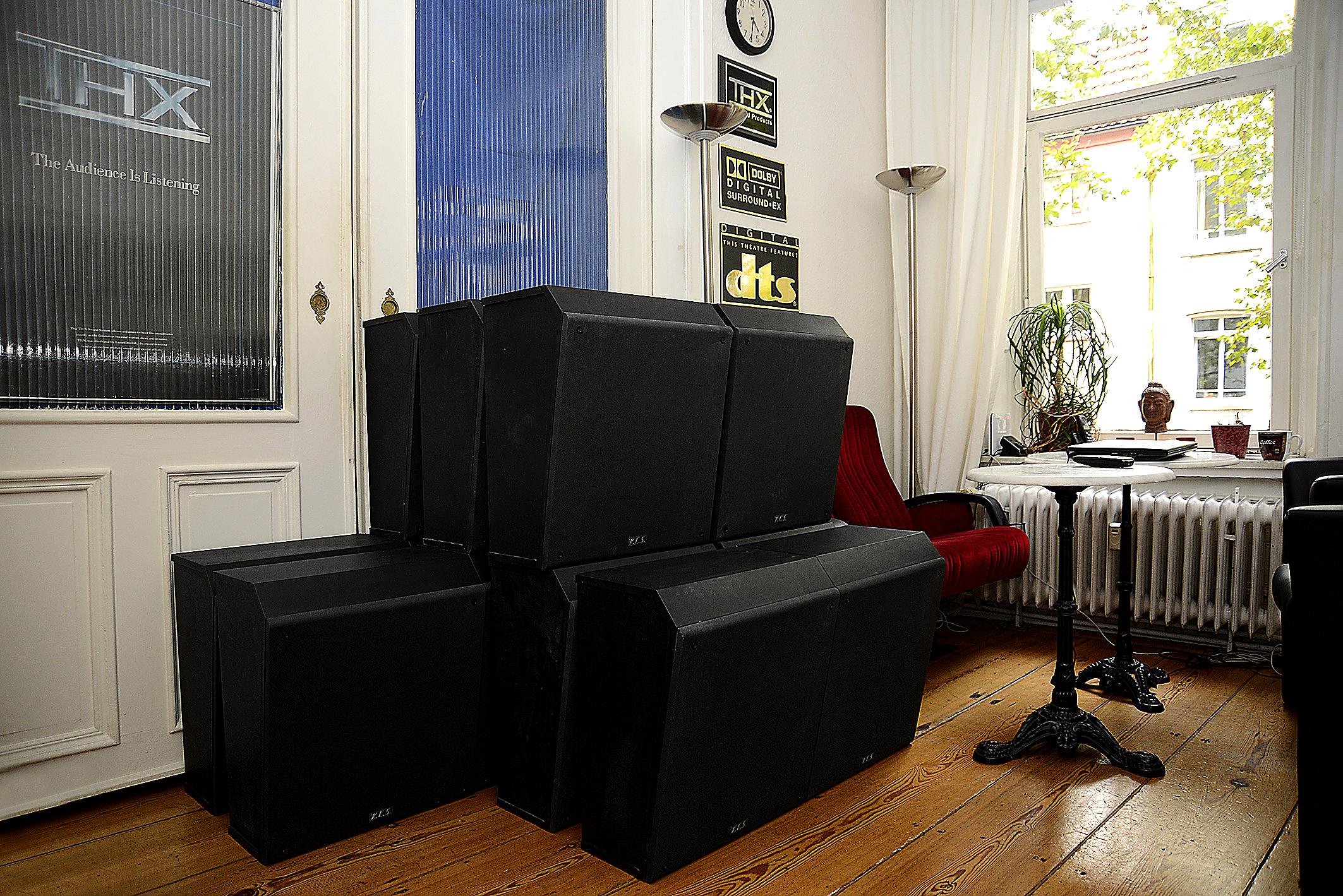 Foto: Michael B. Rehders Warten geduldig vor dem Kino auf Einlass – 16 x KCS SR10 A. Davon werden 14 Speaker letztendlich installiert. Auf dem Foto ist bereits gut zu erkennen, was für gewaltige Abmessungen die Surround-Speaker besitzen.