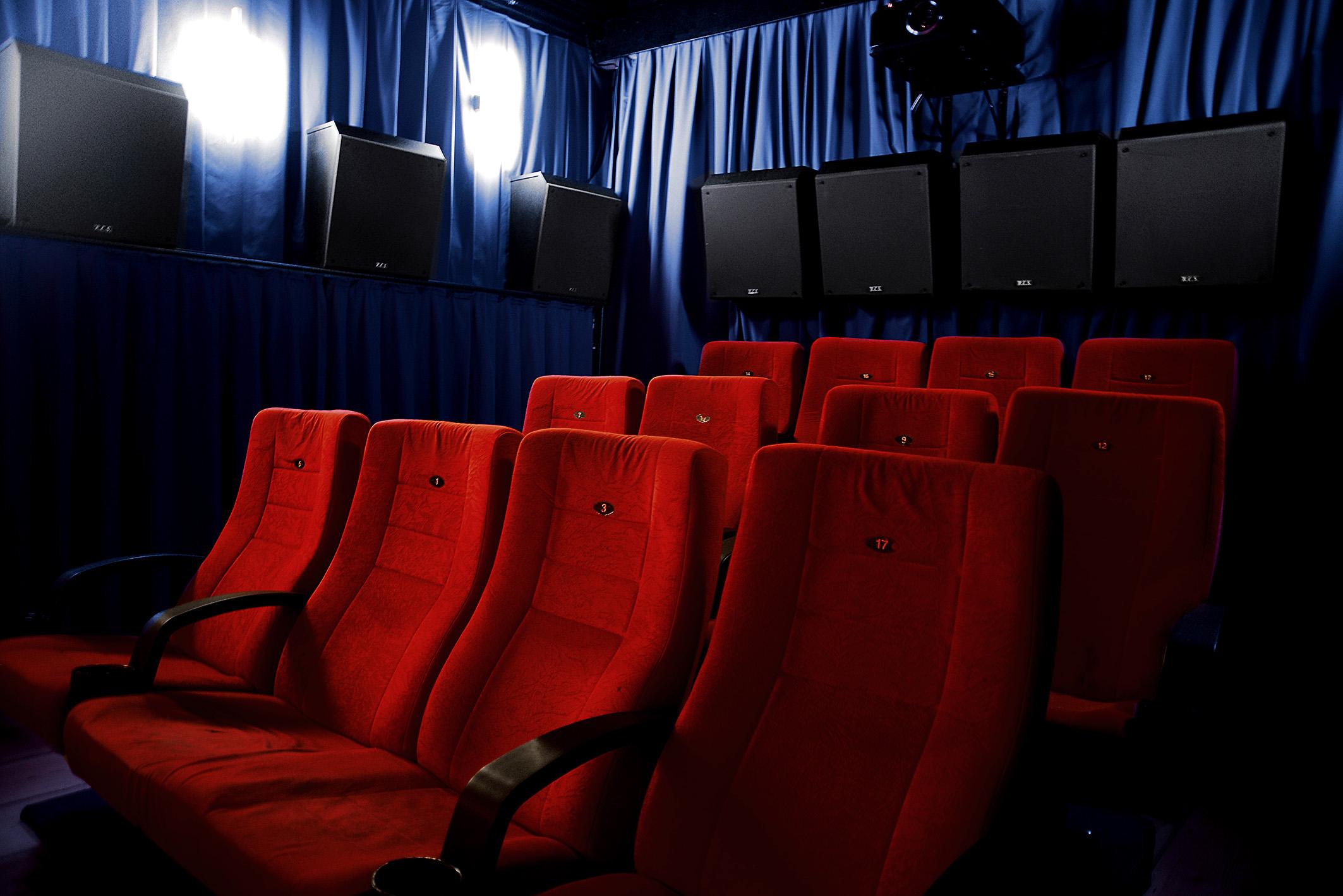 Foto: Michael B. Rehders Es ist vollbracht: 10 Surround-Lautsprecher plus 4 Deckenlautsprecher für Dolby Atmos tummeln sich in meinem Heimkino namens Lumière.