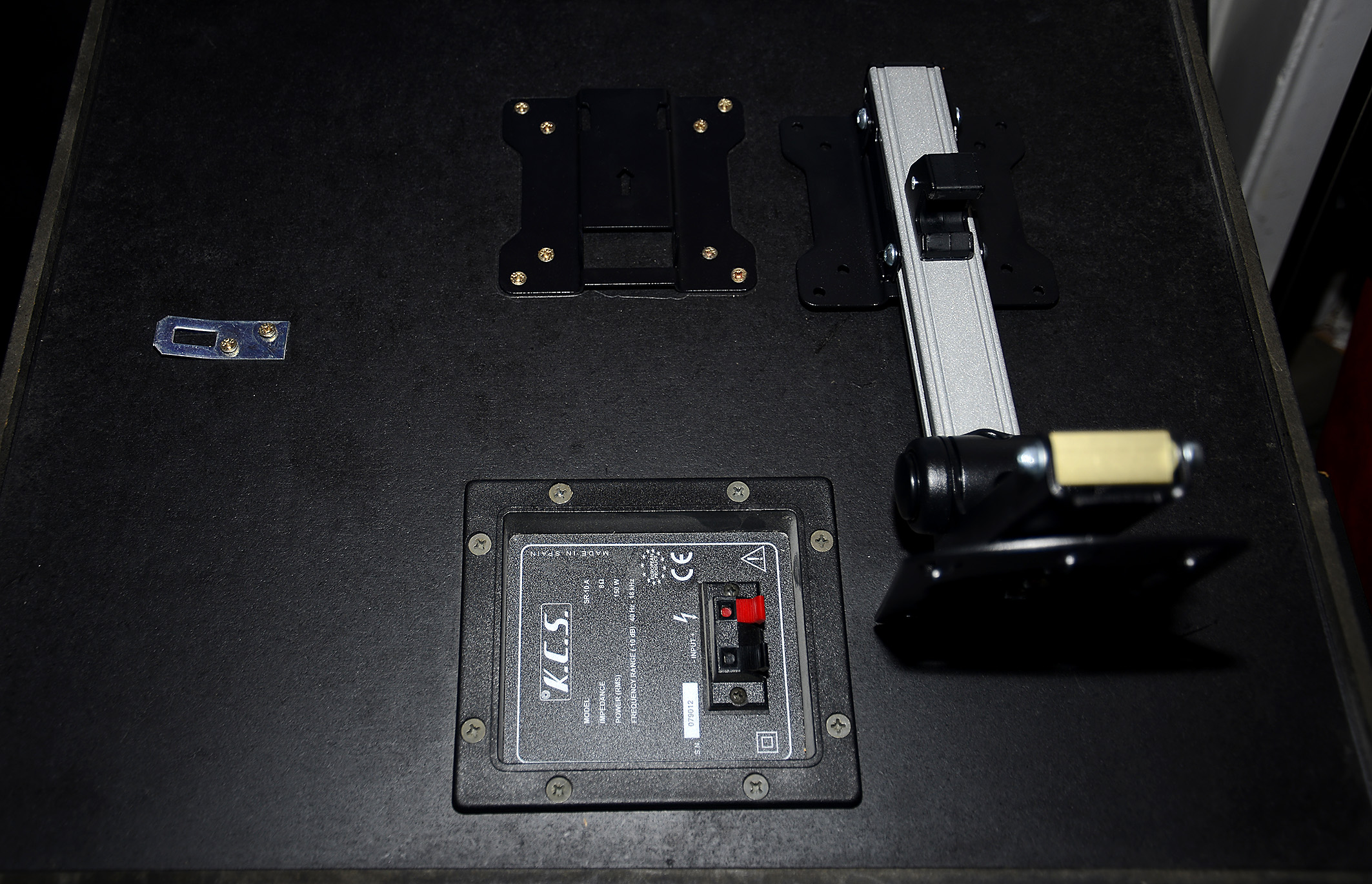 Foto: Michael B. Rehders Zunächst wird die Halteplatte auf die Rückseite der KCS SR-10-A geschraubt. Hierbei handelt es sich um eine Standard VESA TV-Halteplatte, die zum Lieferumfang der Deckenhalterung dazu gehört. Ebenso sämtliches Montagematerial. Allerdings habe ich die Schrauben durch gleich lange Holzschrauben ersetzt, weil diese in die Deckenbalken gedreht werden.