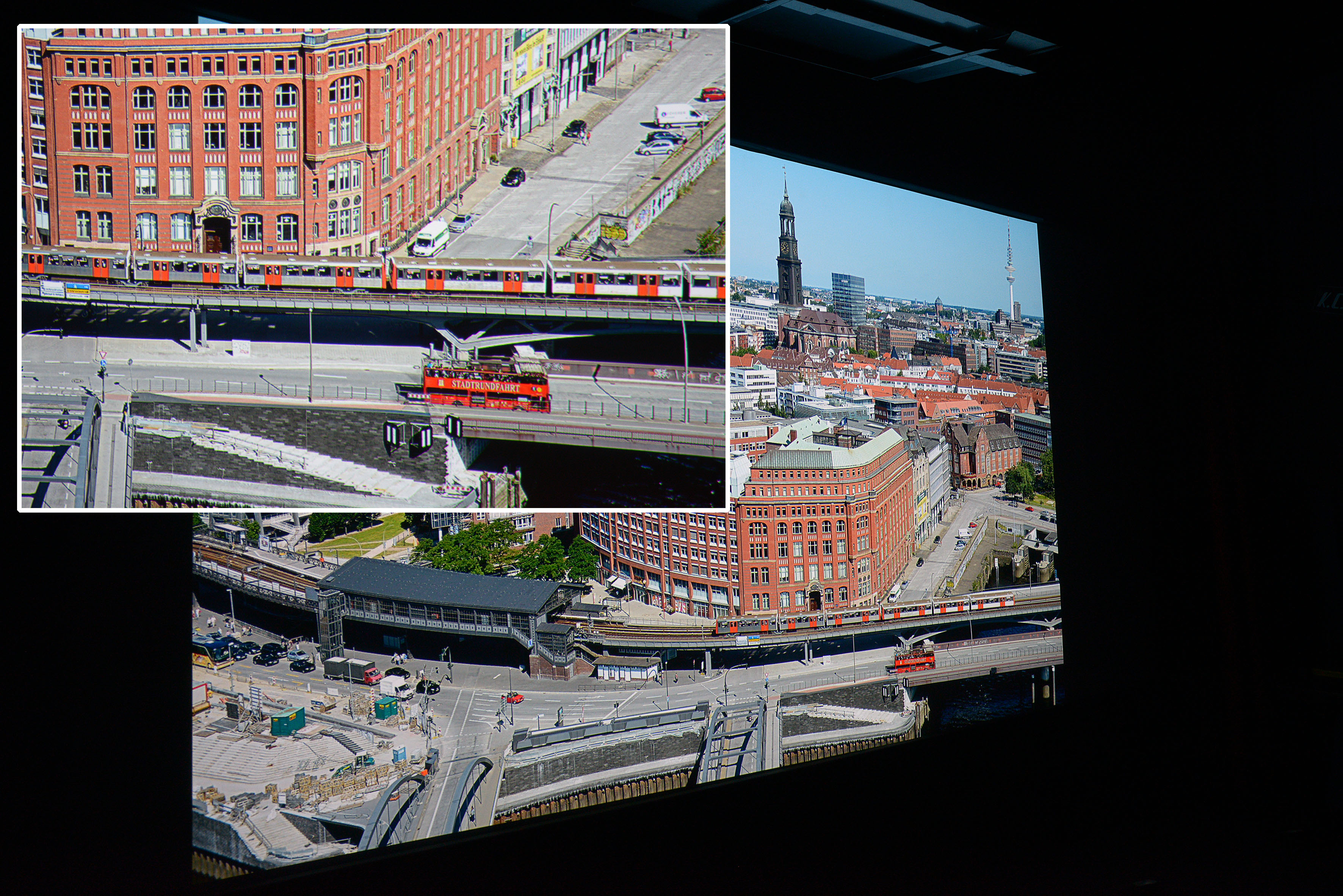 """Michael B. Rehders Aus der 21. Etage des Hanseatic Trade Centers habe ich diese Panorama-Aufnahme geschossen. Auf der Ausschnittsvergrößerung (kleines Foto) ist gut zu sehen, dass der Schriftzug """"STADTRUNDFAHRT"""" vollständig abgebildet ist. Sogar einzelne Personen sind im Bus erkennbar. Das Wasser unter der Brücke ist dunkelblau. Wer genau hinschaut, erkennt sogar zwei Fahrradfahrer unter den Wegweisern an der U-Bahn-Brücke. Ein Fliegengitter ist nicht zu sehen, so dass dieses Foto fast wie ein Dia erscheint."""