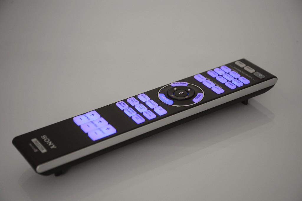 Sony VPL-VW520 - Fernbedienung beleuchtet - Foto Michael B. Rehders_MBR2658