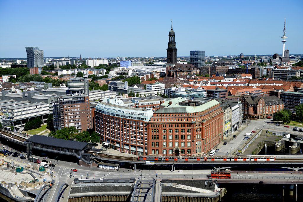 Diese Panoramaaufnahme von Hamburg habe ich aus der 21. Etage geschossen. Das Bild eignet sich vortrefflich, um die Stärken und Schwächen von Projektoren zu bewerten. Foto: Michael B. Rehders