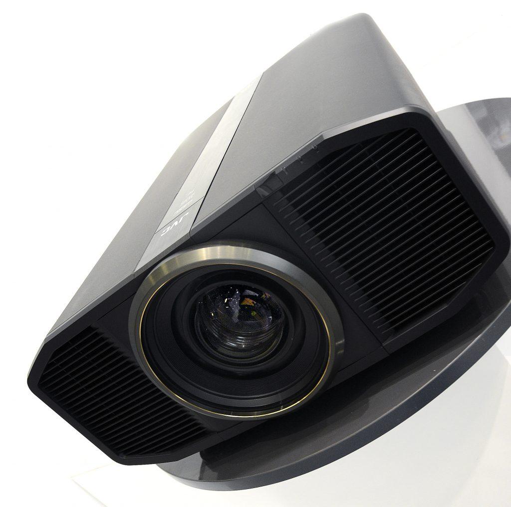 Der JVC DLA-Z1 ist im Design an den ersten Heimkino-Projektor von JVC angelehnt, den DLA-HD1. Foto: Michael B. Rehders