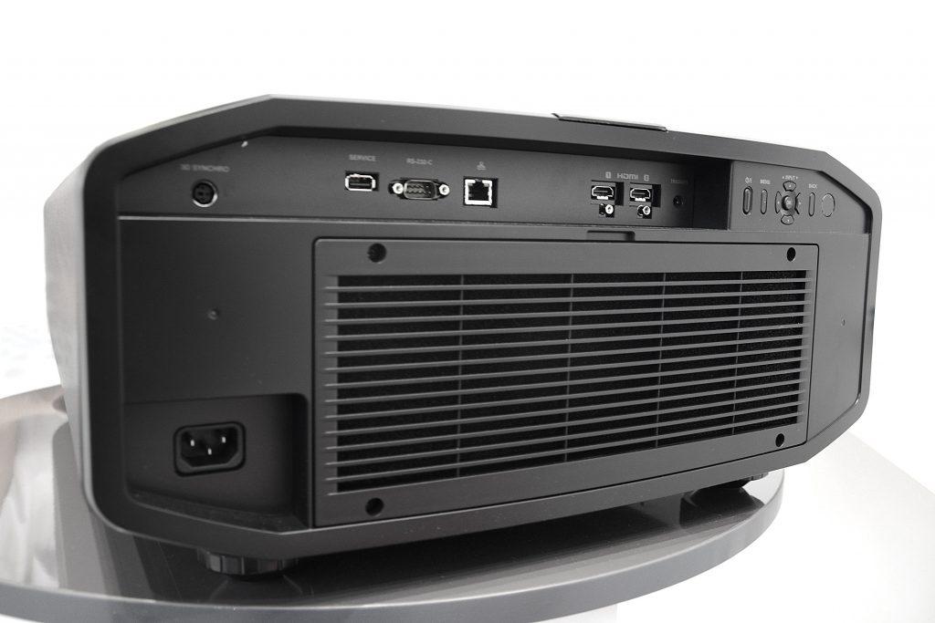 Der DLA-Z1 klotzt nicht gerade mit Schnittstellen. 2 HDMI-Eingänge, ein LAN-Port sowie eine RS-232- und eine USB-Schnittstelle für Updates sind vorhanden. Foto: Michael B. Rehders