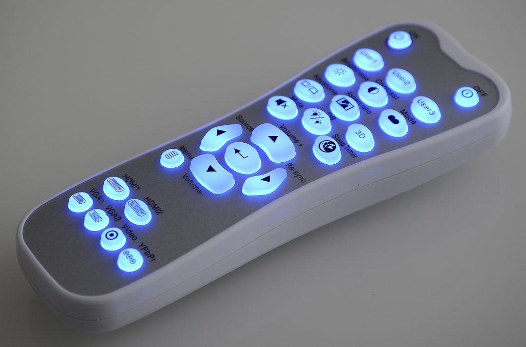 Der Handsender des Projektors verfügt über beleuchtete Tasten. Damit gelingt selbst im dunklen Heimkino eine treffsichere Navigation durch die Menüs, weil die Tasten wirklich hell leuchten und die Bezeichnungen darauf deutlich zu sehen sind. Foto: Michael B. Rehders