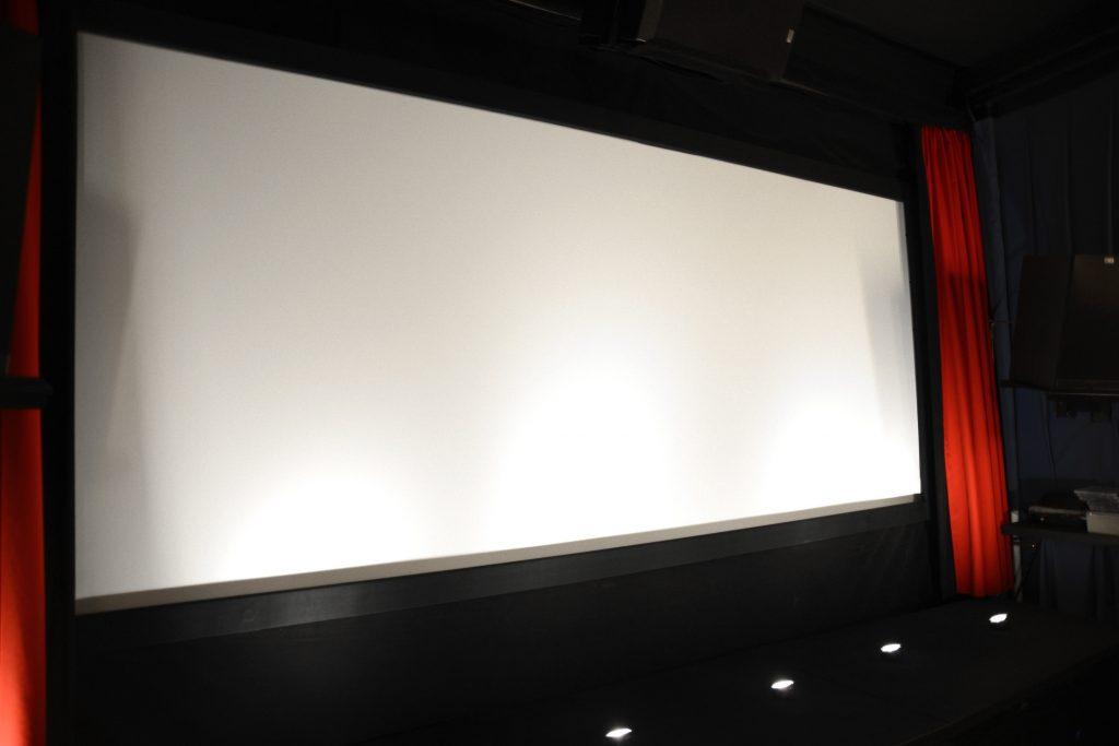 Hier ein Blick auf die Cinemascope-Leinwand ohne Kaschierung. Foto: Michael B. Rehders