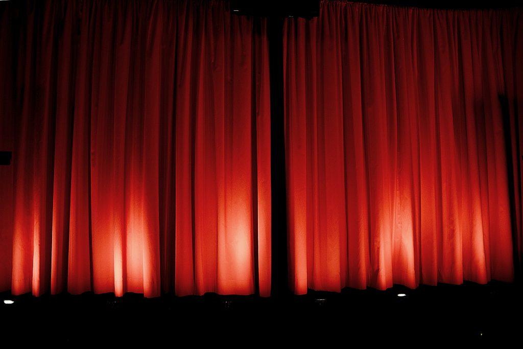"""Nach der Vorstellung schließt sich der Vorhang, und die Bühnenbeleuchtung sorgt für ein stimmiges Licht. Darüber hinaus kann die Kaschierung jetzt auch """"unsichtbar"""" auf das gewünschte Bildseitenverhältnis hinter dem geschlossenen erfolgen, dank des RF-Funksenders/Empfängers des Alphaluxx-Vario-Kits. Foto: Michael B. Rehders"""