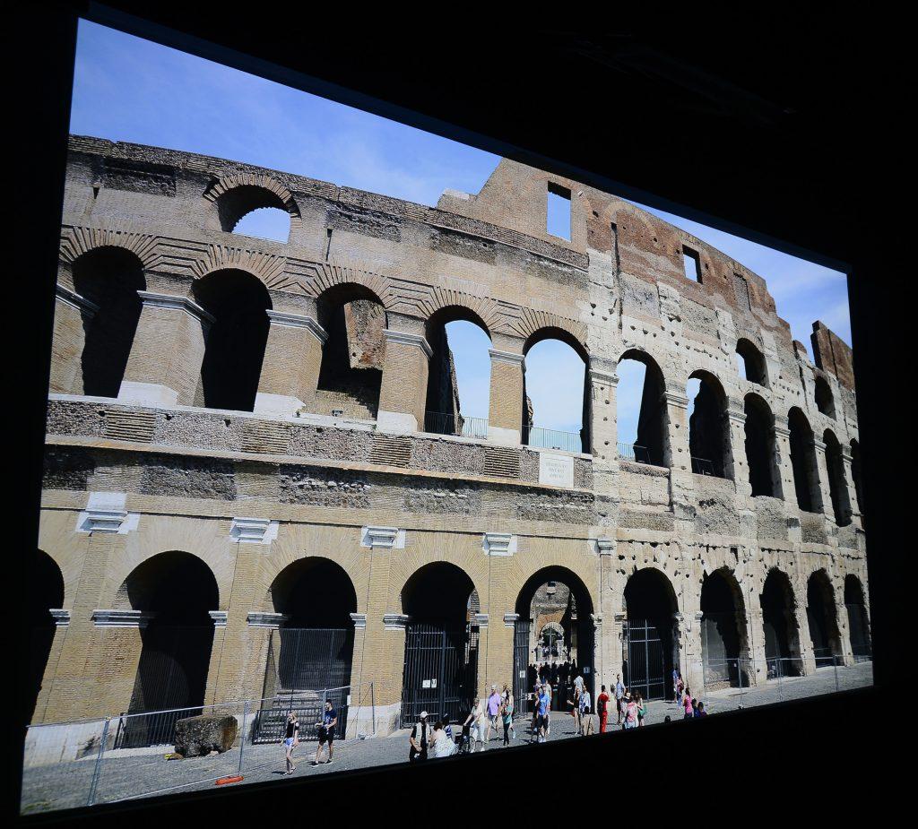 """Das Kolosseum ist auf der linken Seite bereits restauriert, während sich die rechte Seite noch im heruntergekommenen """"Urzustand"""" befindet. Foto: Michael B. Rehders (Originalaufnahme)"""