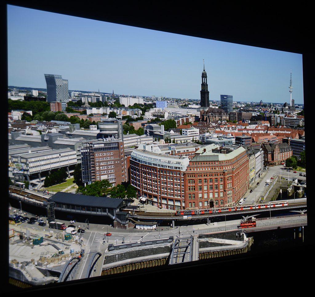 Das Foto von Hamburg habe ich aus der 21. Etage geschossen. Der BenQ W8000 projiziert das Bildwerk originalgetreu auf die Leinwand.