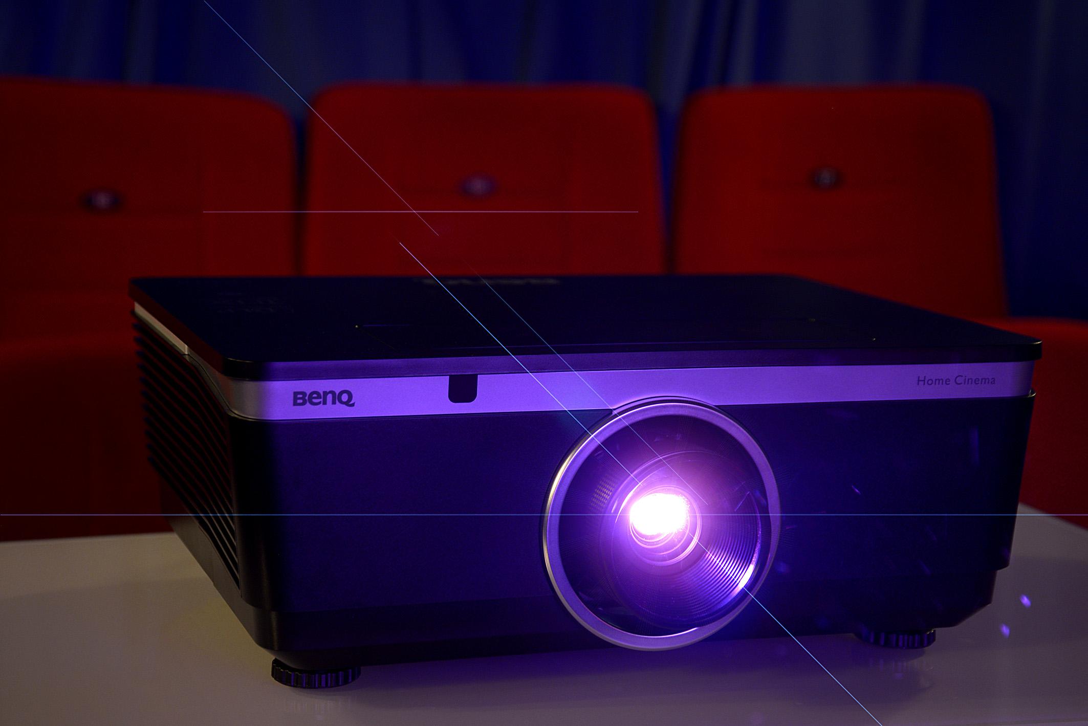 """In meinem Heimkino """"Lumière"""" projiziert der BenQ W8000 die gewünschte Bildgröße exakt aus der angedachten Entfernung – dem passenden Wechselobjektiv sein Dank. Foto: Michael B. Rehders"""