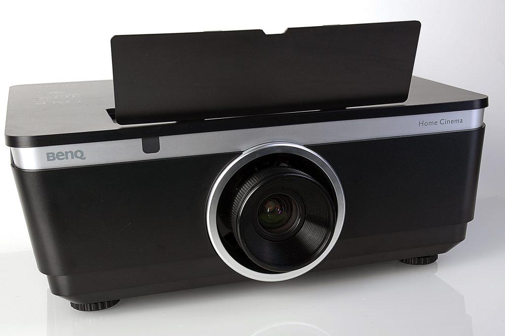 Durch die Wechselobjektive bestimmt der Nutzer, wo der Projektor stehen soll und wie groß das projizierte Bild sein soll. Foto: Michael B. Rehders