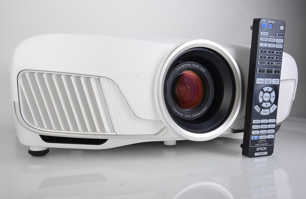 Der Epson EH-TW9300W erscheint im eleganten Weiß. Die Tastatur der handlichen Fernbedienung ist beleuchtet, und die Bildsignale können sogar kabellos zugespielt werden. Foto: Michael B. Rehders
