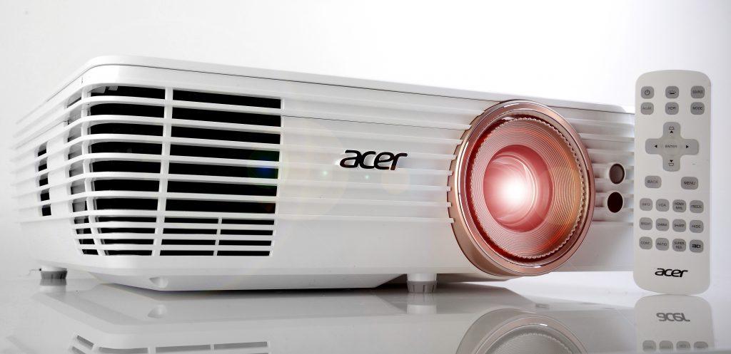 Acer V7850 - mit Fernbedienung 2 eingeschaltet - Foto Michael B. Rehders_MBR0627