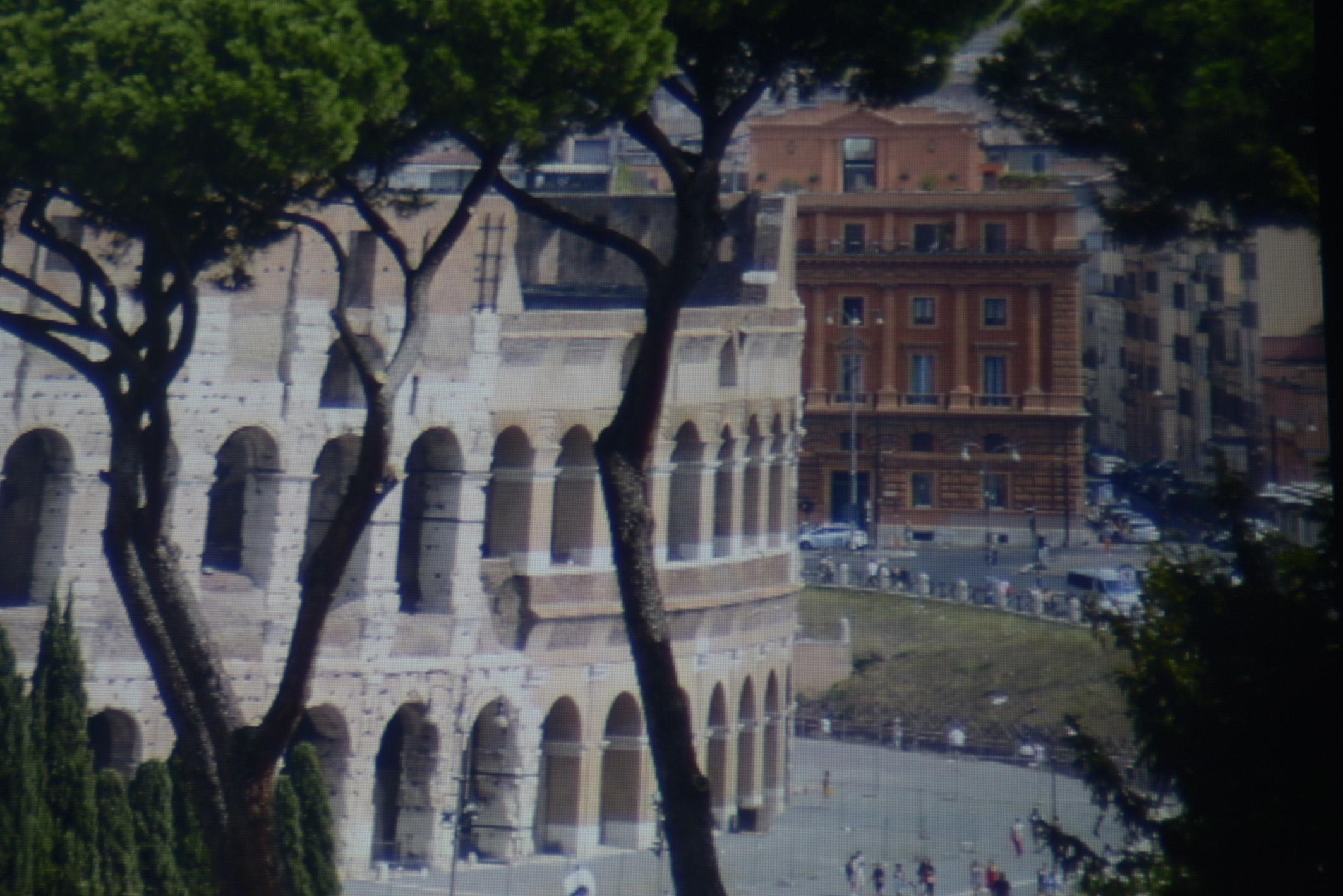 Foto: Michael B. Rehders - Screenshot ohne Darbee: Das braun-rote Gebäude im Hintergrund in Rom ist ebenfalls ein klitzekleiner Ausschnitt aus einer projizierten Panoramaaufnahme. Die Säulen sind gut zu erkennen. Die Straßenlaterne vor dem Gebäude wird vollständig reproduziert, selbst der Zaun, der das Kolosseum von der Straße trennt, weist noch Zeichnung auf. Störende chromatische Aberrationen sind nicht zu sehen.