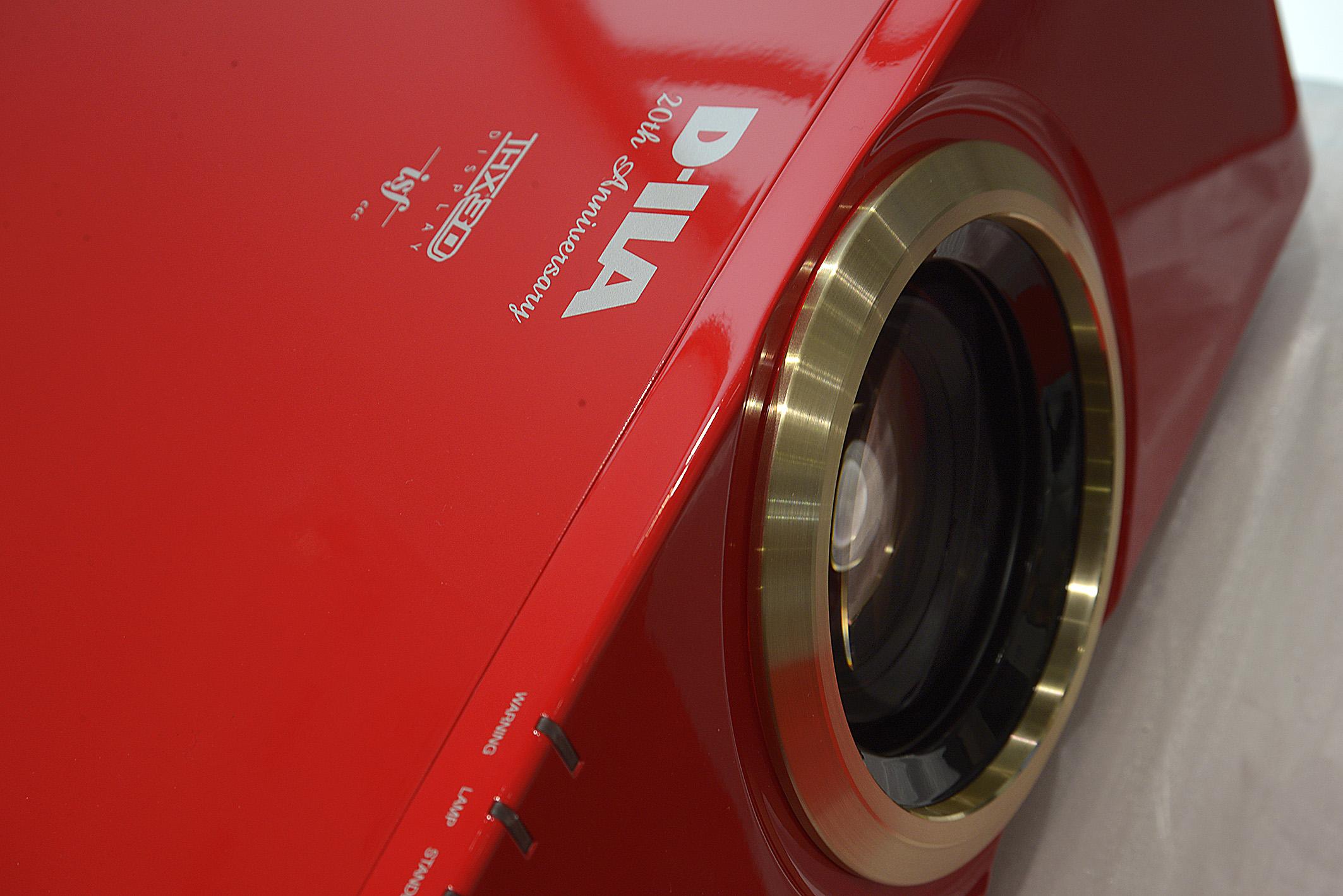 Foto: Michael B. Rehders THX-Lizenz und UHP-Lampe. Der 3D-Projektor sieht wirklich schick aus in rotem Finsh und dem goldenen Objektivring.