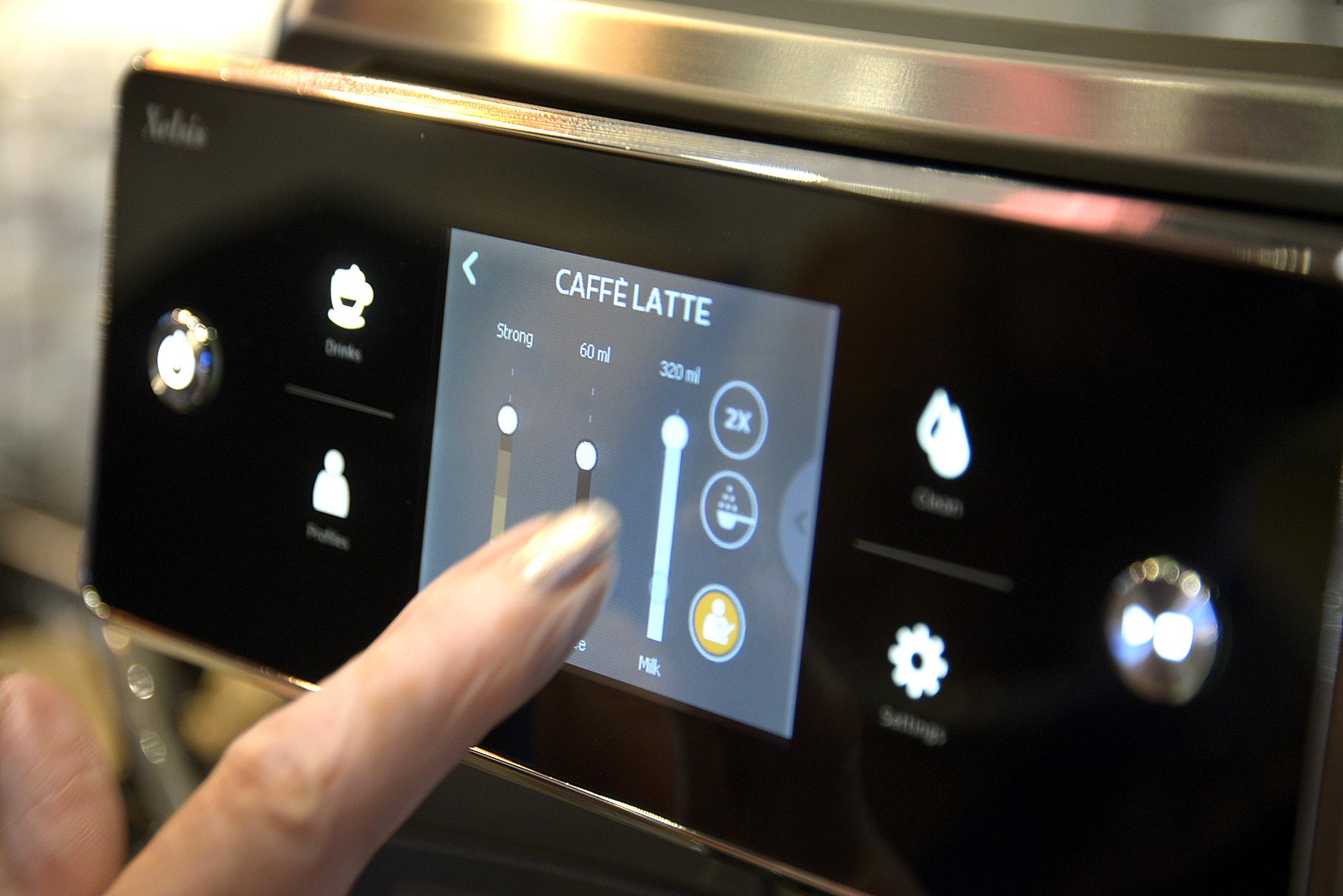 """Foto: Michael B. Rehders Jedwede Kaffee-Variation lässt sich mit diesem Kaffee-Vollautomaten für 1200,- Euro kreieren. Kaffeestärke, Milchschaumfestigkeit, Mischverhältnis. Und das lässt sich auch noch abspeichern. Wer auf der IFA dort ist und auf """"Vater"""" drückt, der erfährt wie ich meinen Kaffee mag. Zur Verblüffung der Mitarbeiterin von Philips habe ich einfach mal meine Einstellung gespeichert."""