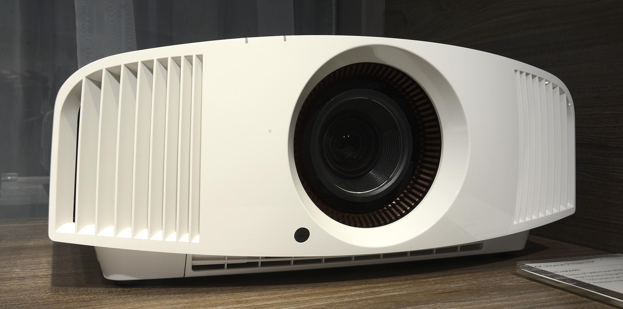 Foto: Michael B. Rehders Das erste Foto von einem echten 4K-Projektor unter 5000,- Euro. Der Sony VPL-VW260ES.
