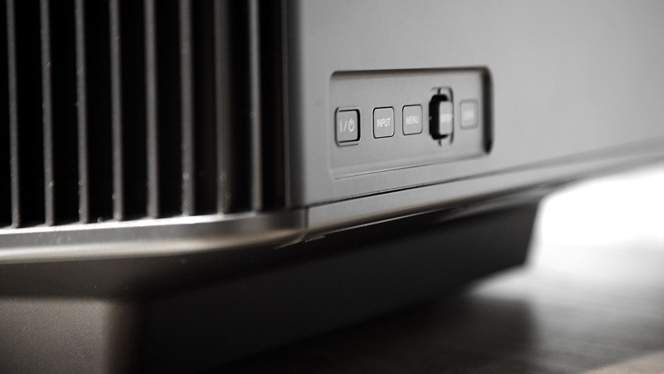 Foto: Michael B. Rehders Sony VPL-VW760ES – Neben der handlichen Fernbedienung können die wichtigsten Einstellungen am Projektor durchgeführt werden. Mit der seitlich eingelassenen Tastatur lässt sich vortrefflich durch das On-Screen-Menü navigieren.