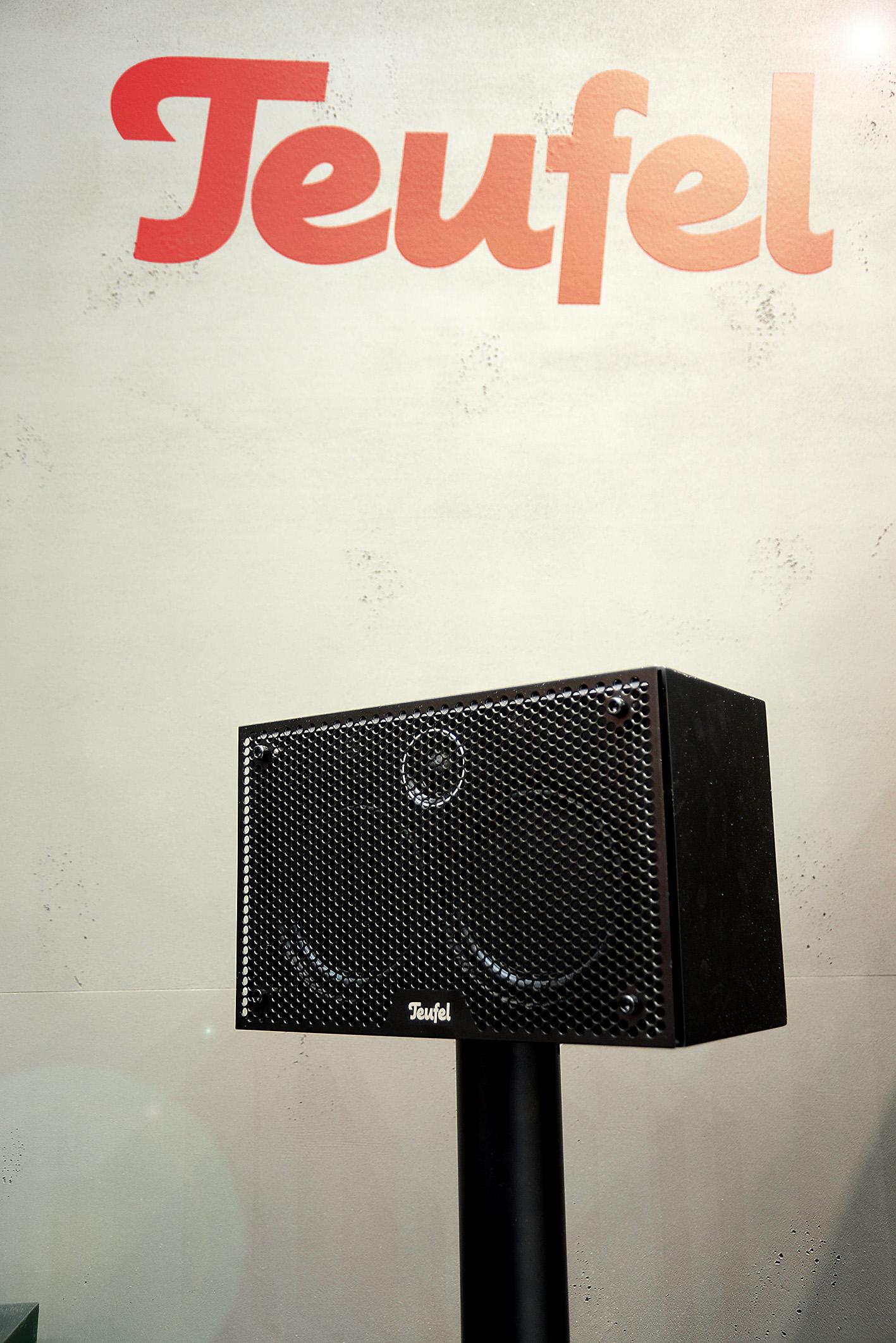 Foto: Michael B. Rehders Die neuen THX-lizenzierten Lautsprecher gibt es wahlweise mit Metallgitter vor den Chassis (Foto), oder mit klassischer Stoffbespannung.