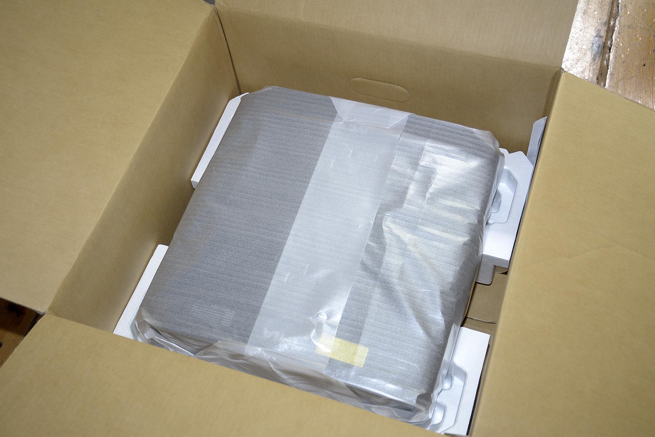 Foto: Michael B. Rehders Sobald der Styropor-Deckel in der soliden Verpackung abgenommen wird, kommt darunter der große JVC DLA-X5500 zum Vorschein.