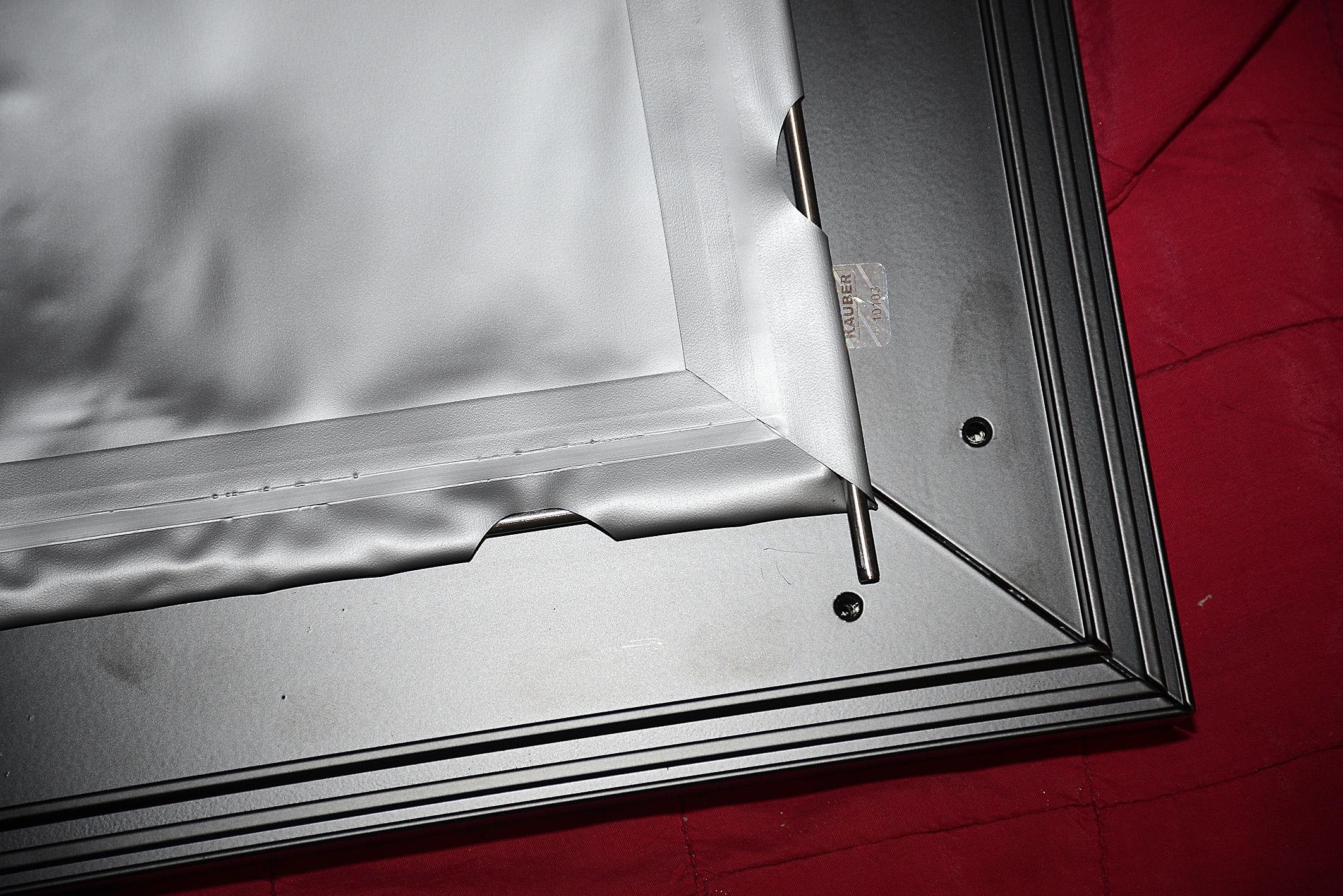 """Foto: Michael B. Rehders Jetzt werden die dünnen Stahlstangen in die """"Taschen"""" geschoben. Das ist allein zwar ein wenig fummelig, gelingt am Ende aber doch recht zügig."""