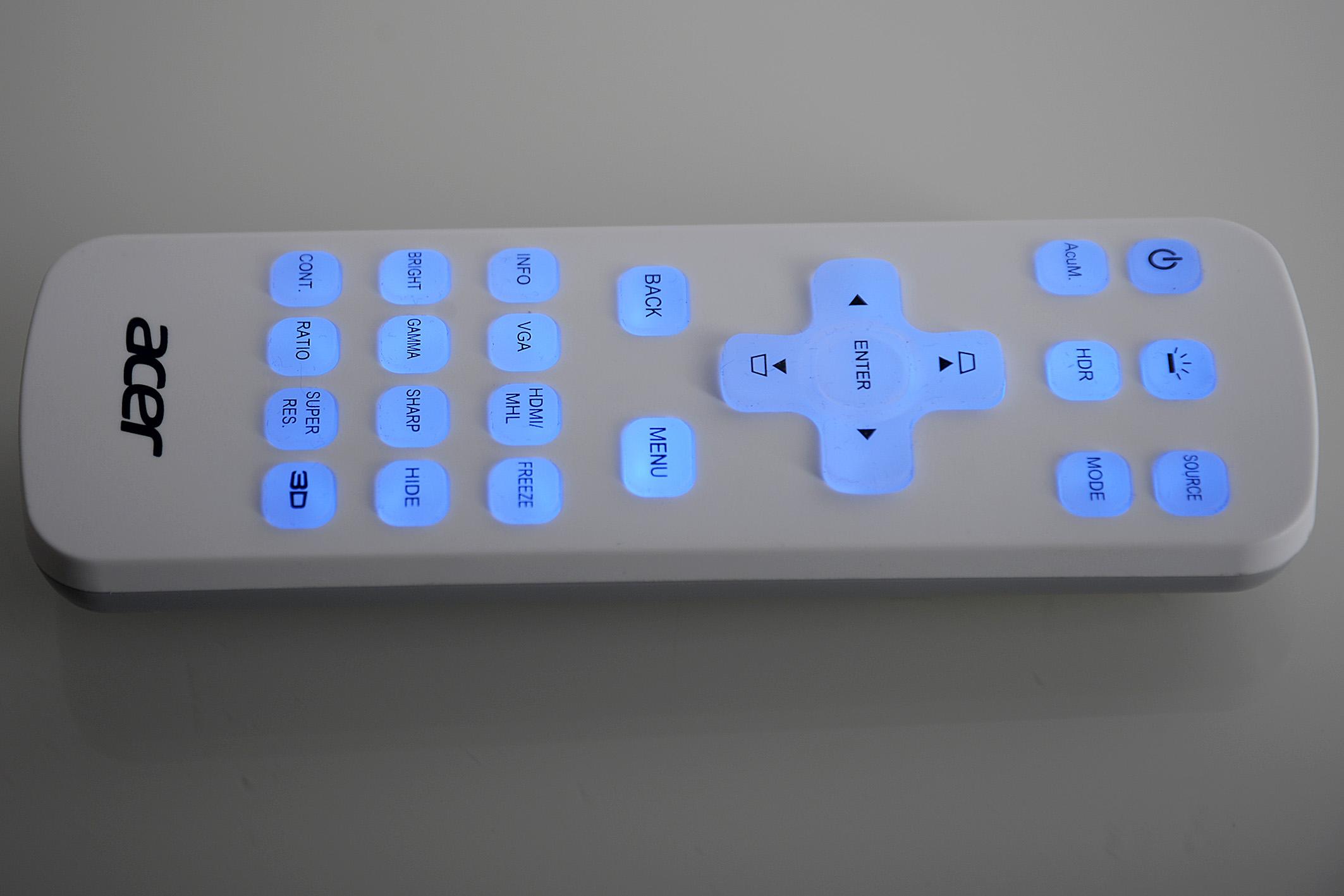 Foto: Michael B. Rehders Die Fernbedienung des VL7860 ist sehr hell beleuchtet, so dass die Navigation durch das On-Screen-Menü auch in völliger Dunkelheit treffsicher gelingt.