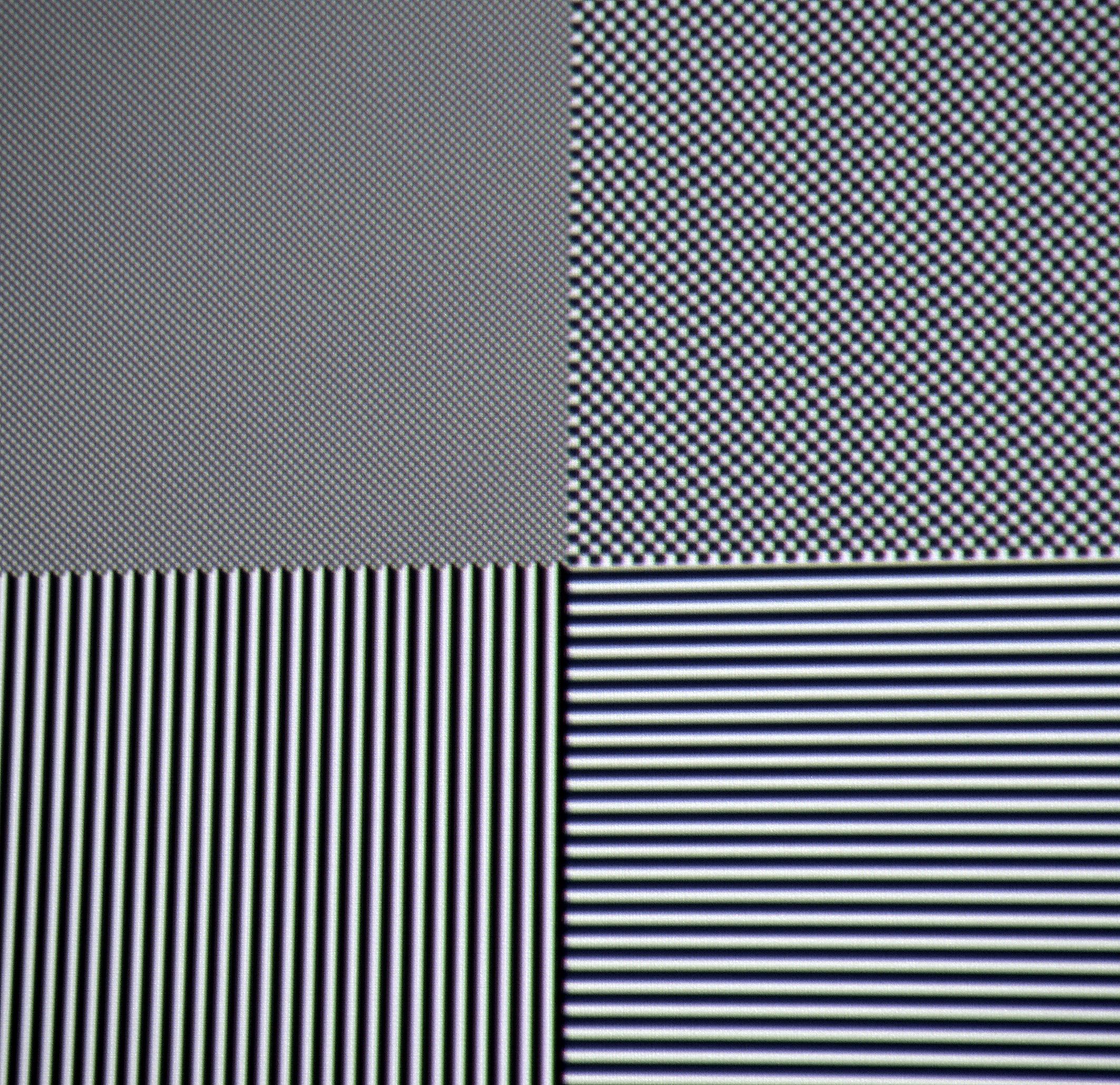 Full-HD-Auflösung: Knackscharf und mit vollem Kontrast wird das Schachbrettmuster in Full-HD-Pixelauflösung (oben links) dargestellt. Die Konvergenz passt super. Allenfalls minimale chromatische Aberrationen seien der Vollständigkeit halber erwähnt, die aber aus normalen Betrachtungsabständen nicht mehr sichtbar sind.