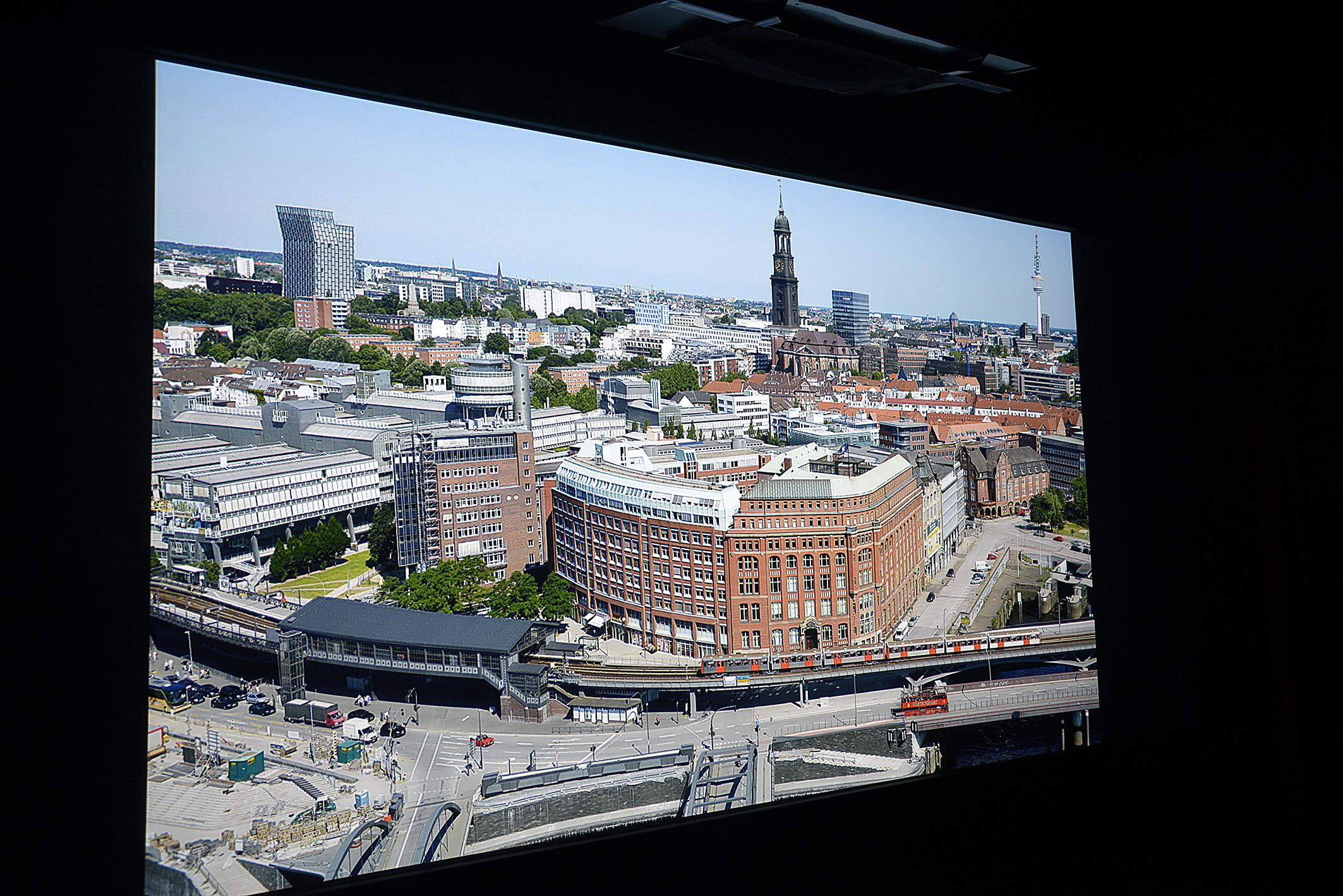 Foto: Michael B. Rehders Diese Panoramaaufnahme von Hamburg habe ich aus der 21. Etage des Hanseatic Trade Centers geschossen. Auffällig ist die homogene Ausleuchtung über die gesamte Bildfläche. Ebenso gefällt mir die vorzügliche Schärfe auf dem gesamten Bildwerk.