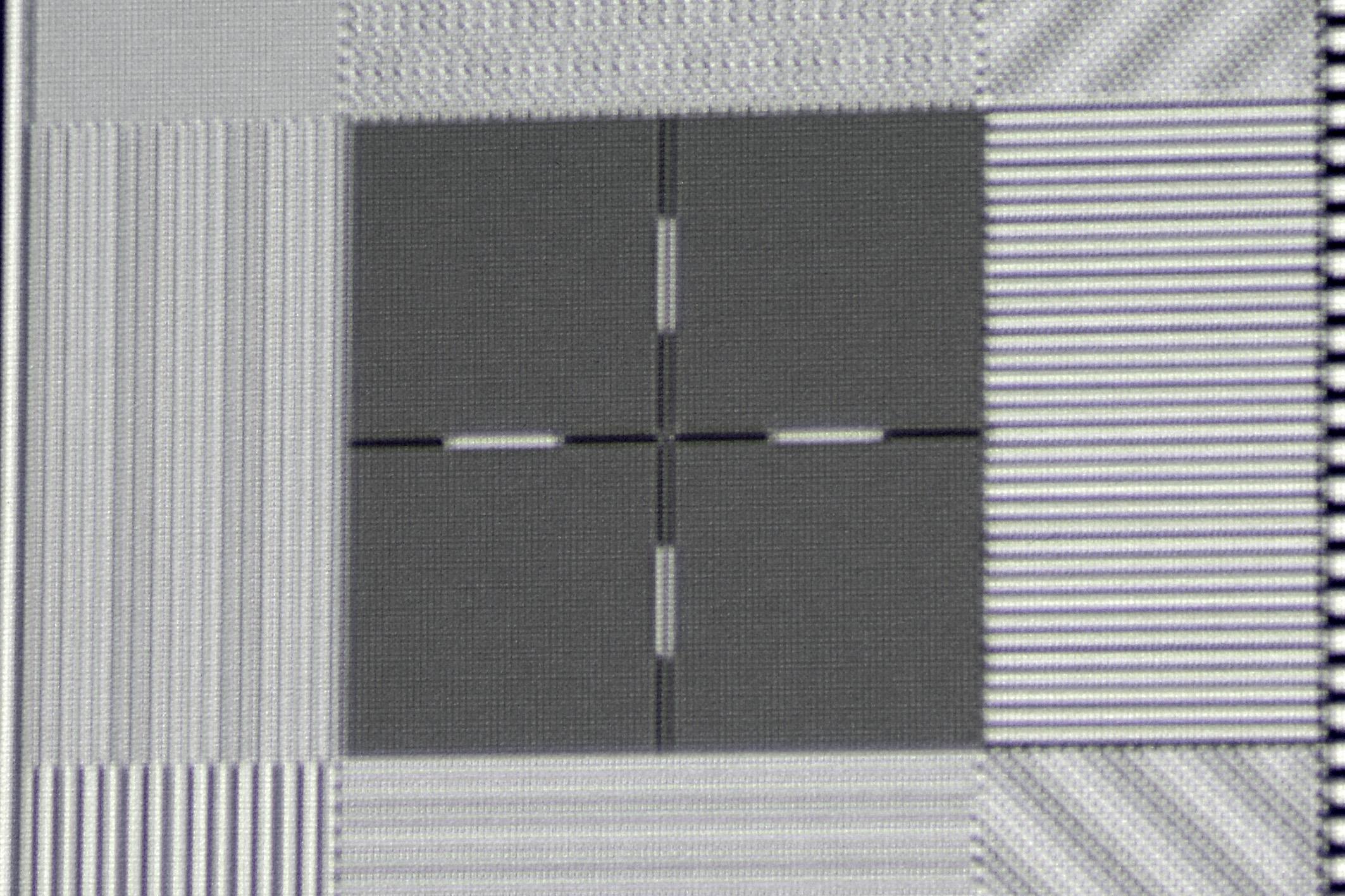 Foto: Michael B. Rehders Das Kreuz in UHD-Pixelauflösung sieht zunächst unscharf aus. Bei genauerer Betrachtung fällt jedoch deutlich auf, dass zwei(!) Kreuze leicht verschoben projiziert wird. Dies ist zweifelsfrei der nicht perfekt abgestimmten XPR-Shift-Technologie zuzuschreiben. Andere Projektoren mit dieser Technik stellen dieses Testbild nämlich fehlerfrei dar.